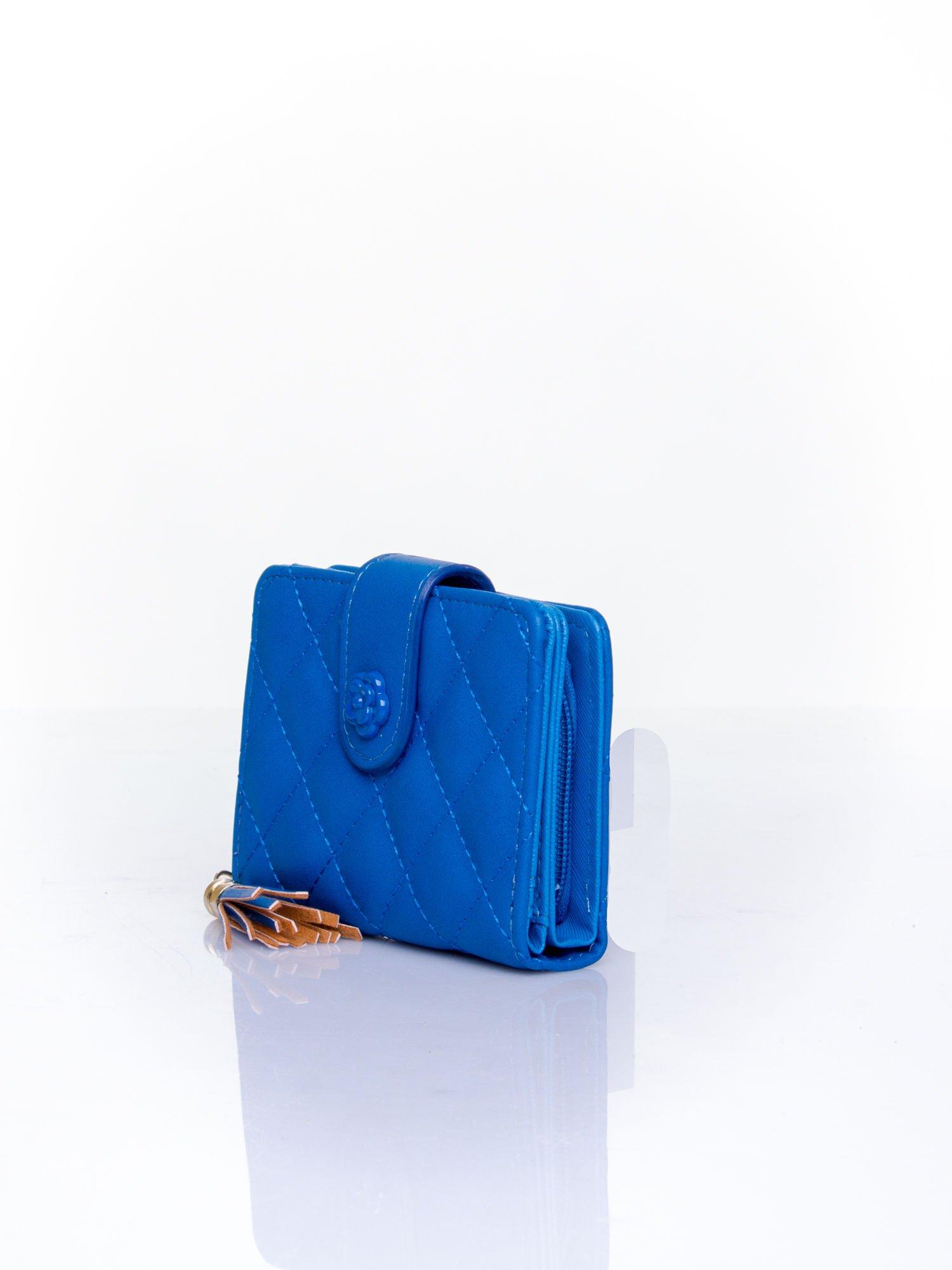 Niebieski pikowany portfel z ozdobnym zapięciem                                  zdj.                                  3
