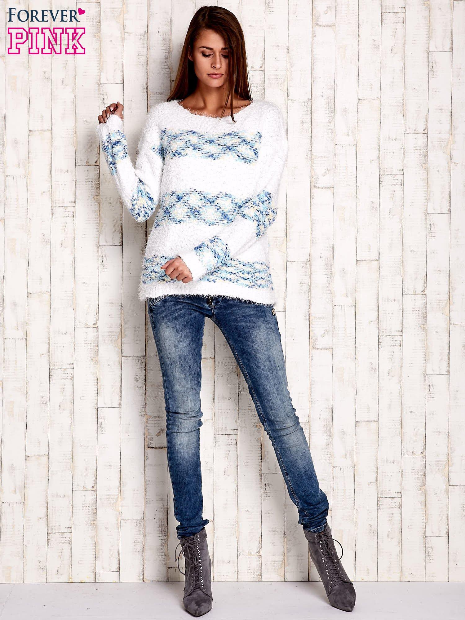 Niebieski puszysty sweter w kolorowe pasy                                  zdj.                                  2