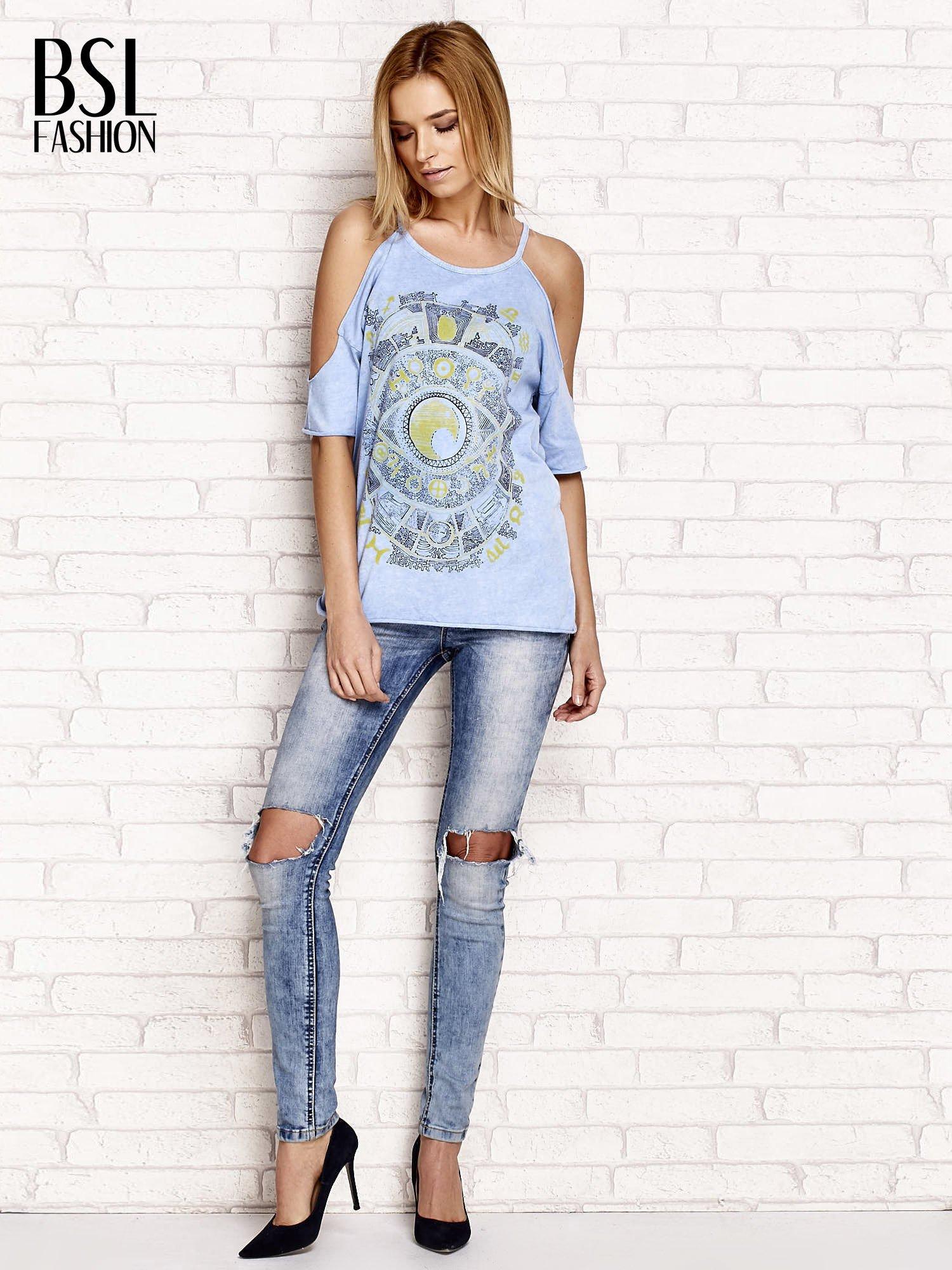 Niebieski t-shirt cut out shoulder z azteckim nadrukiem                                  zdj.                                  4