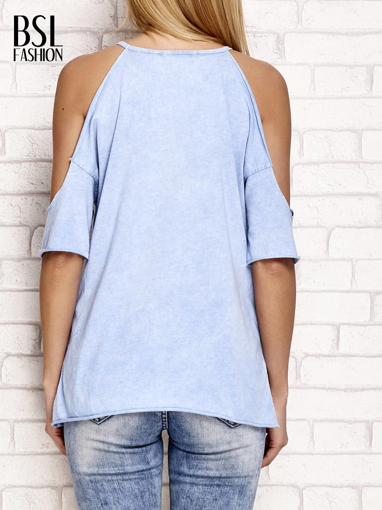 Niebieski t-shirt cut out shoulder z azteckim nadrukiem                                  zdj.                                  2