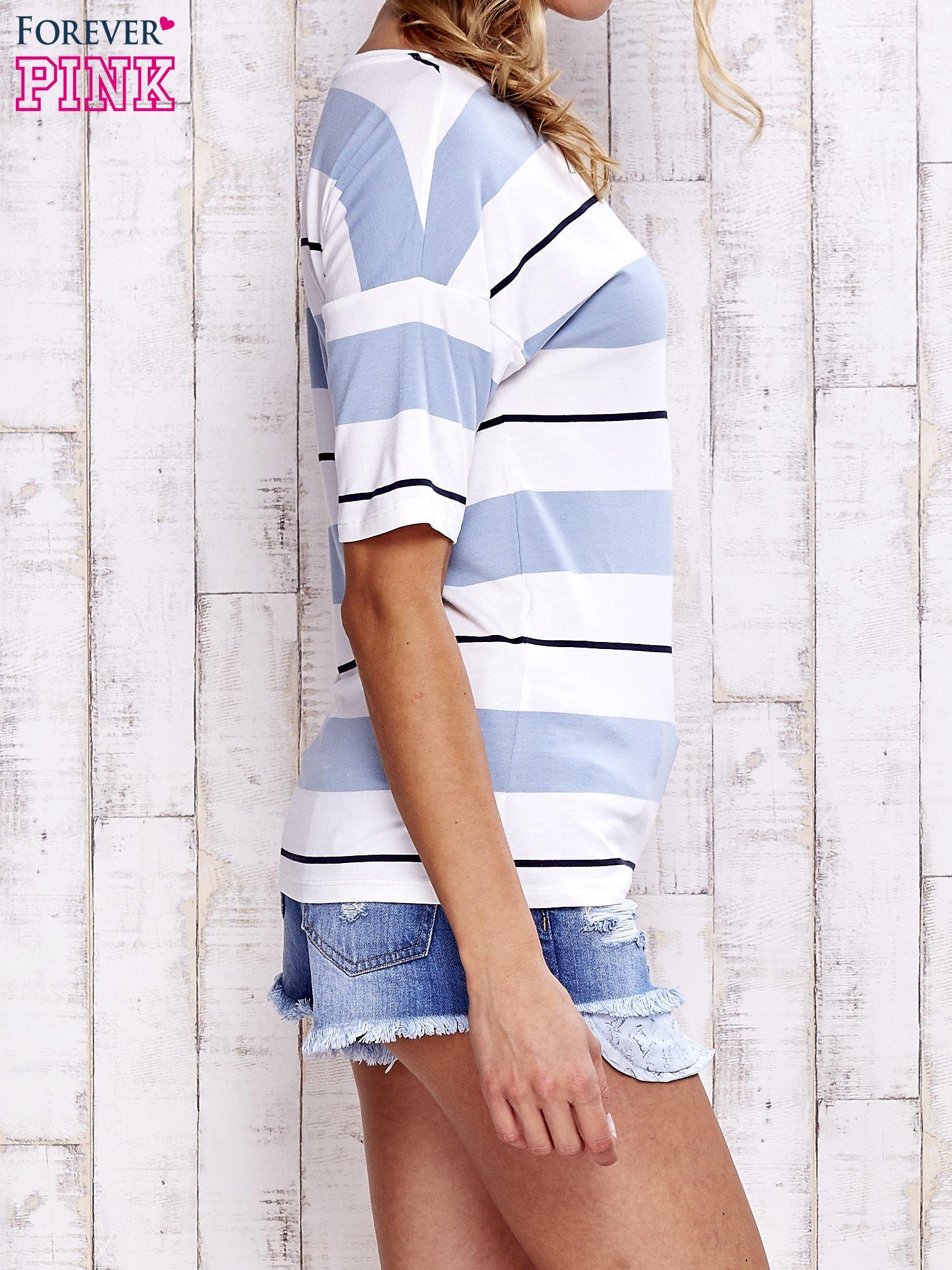 Niebieski t-shirt w kolorowe paski                                  zdj.                                  3