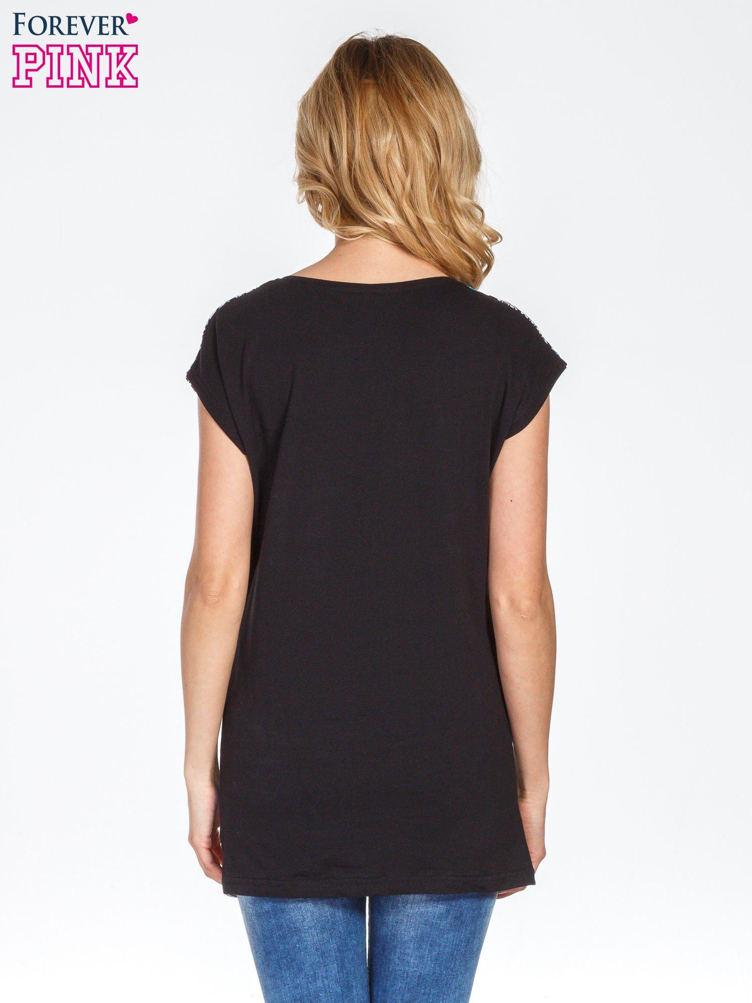 Niebieski t-shirt z geometrycznym nadrukiem                                  zdj.                                  4