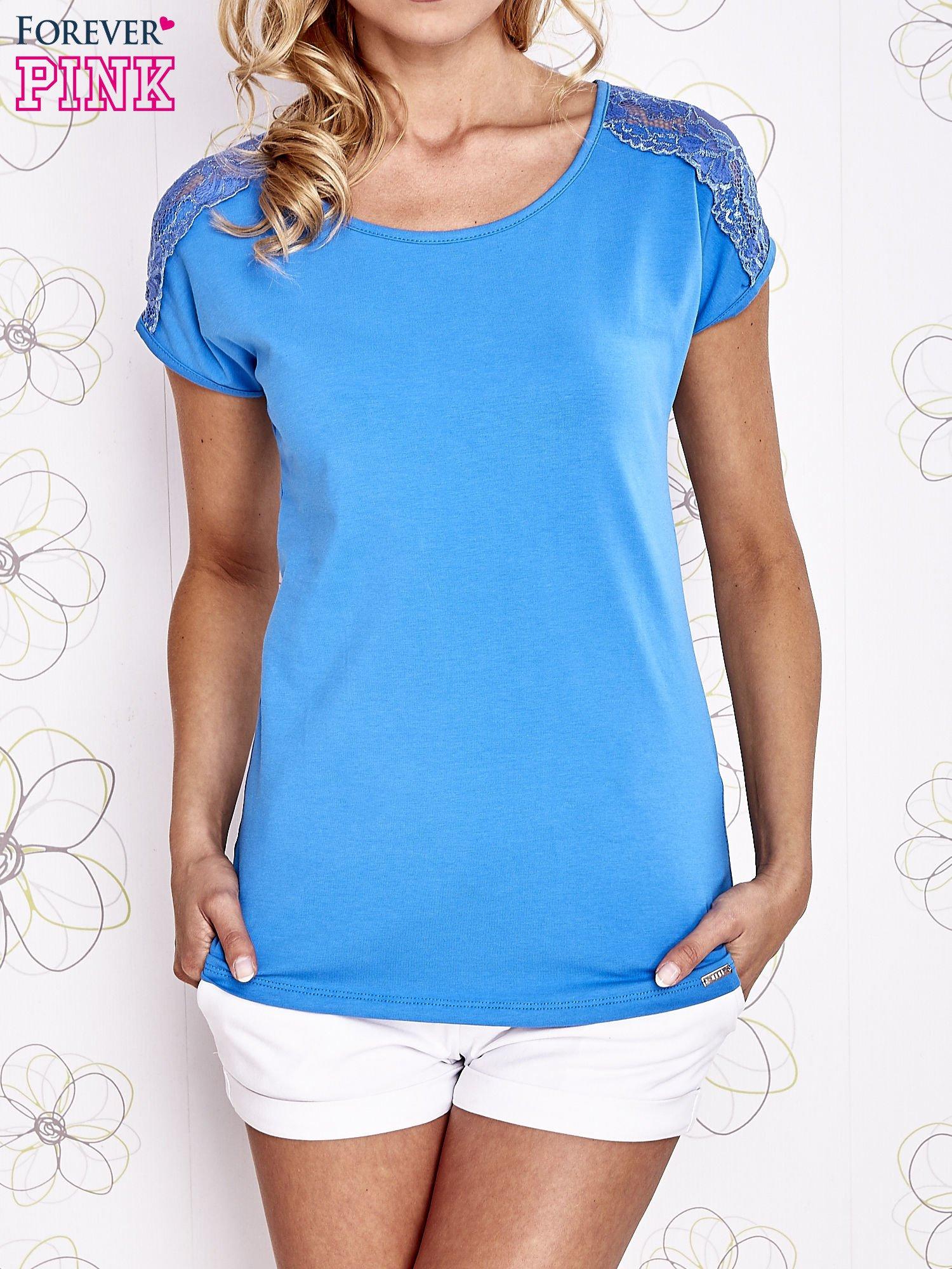 Niebieski t-shirt z koronkowym wykończeniem rękawów                                  zdj.                                  1