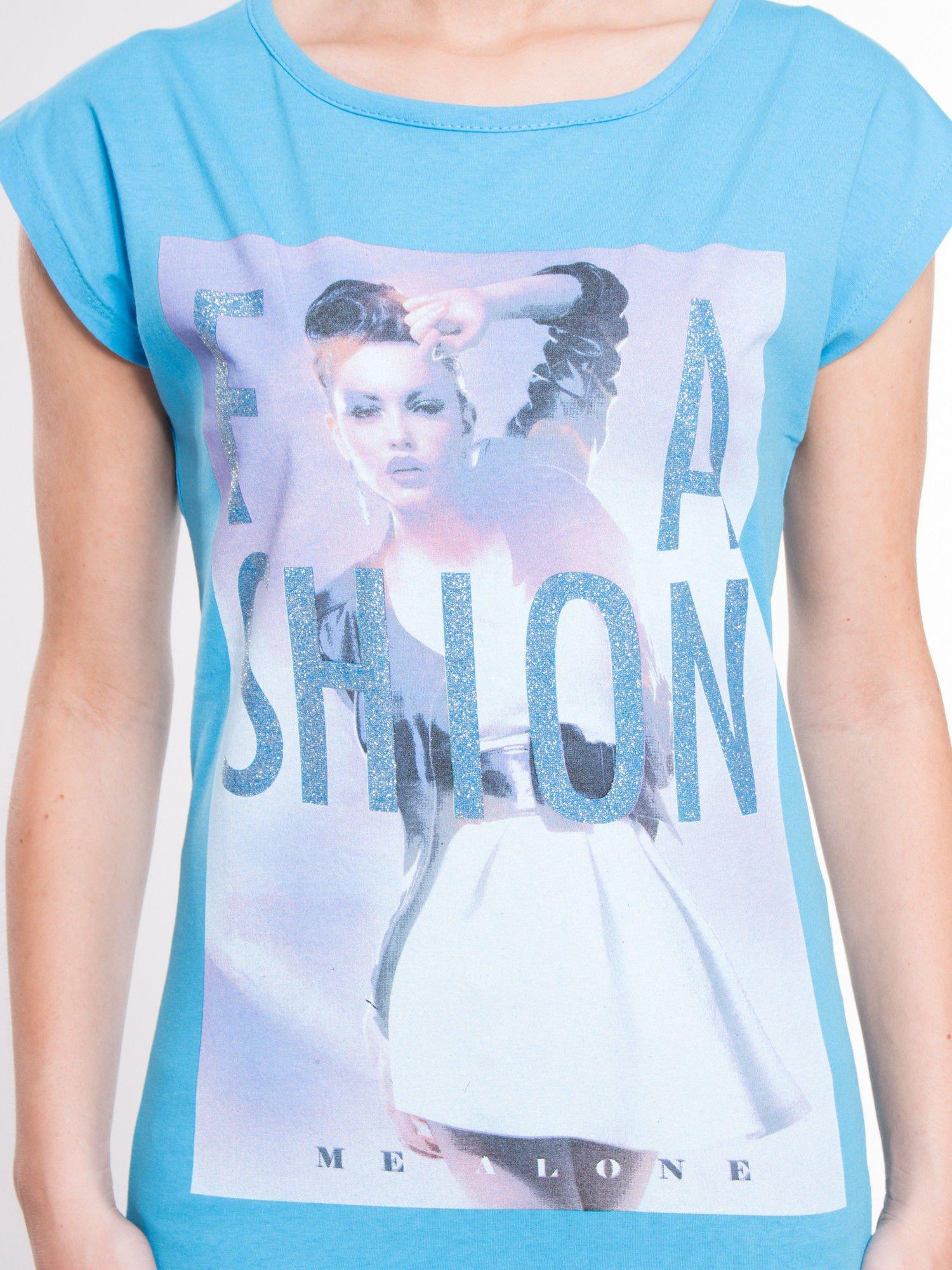 Niebieski t-shirt z nadrukiem fashion                                  zdj.                                  2