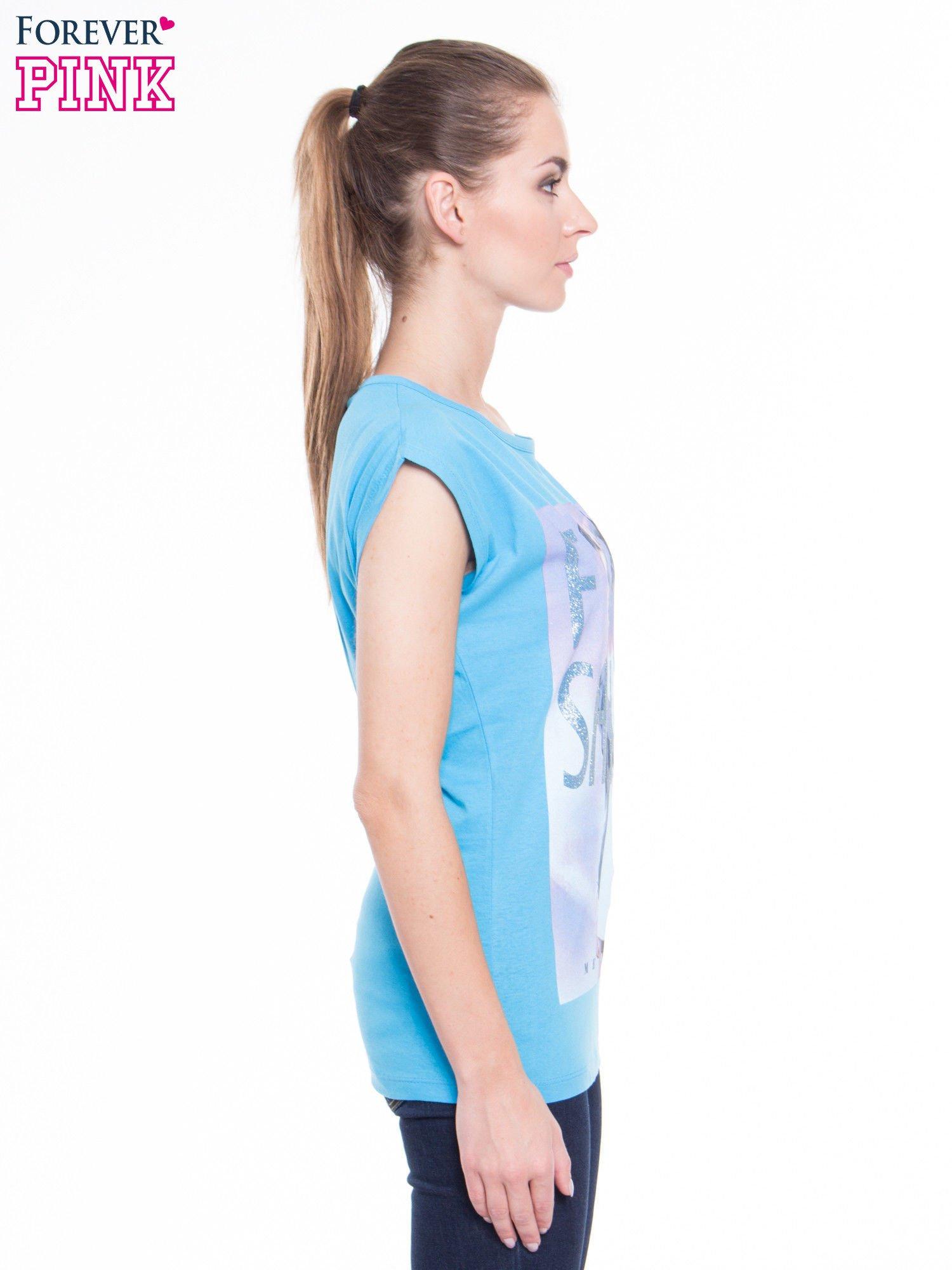 Niebieski t-shirt z nadrukiem fashion                                  zdj.                                  4
