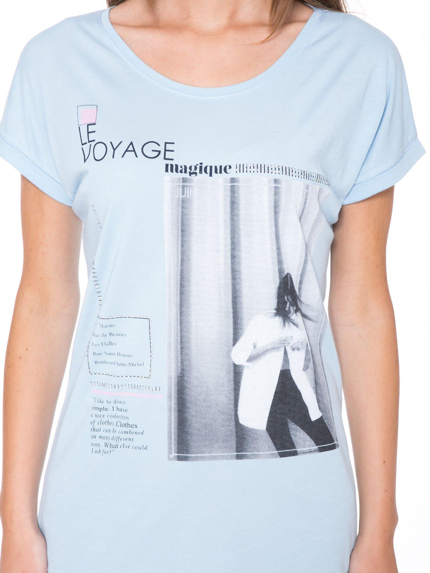 Niebieski t-shirt z nadrukiem fashion                                  zdj.                                  6