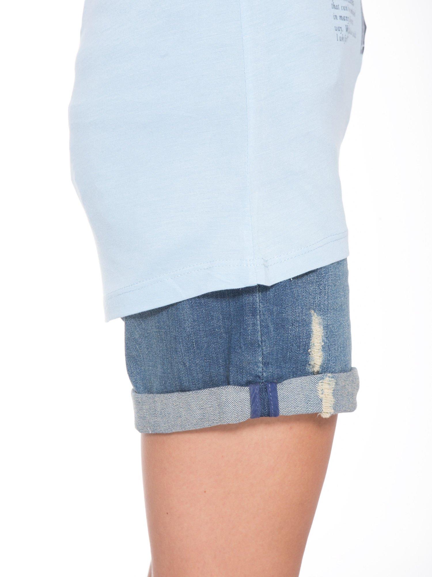 Niebieski t-shirt z nadrukiem fashion                                  zdj.                                  9