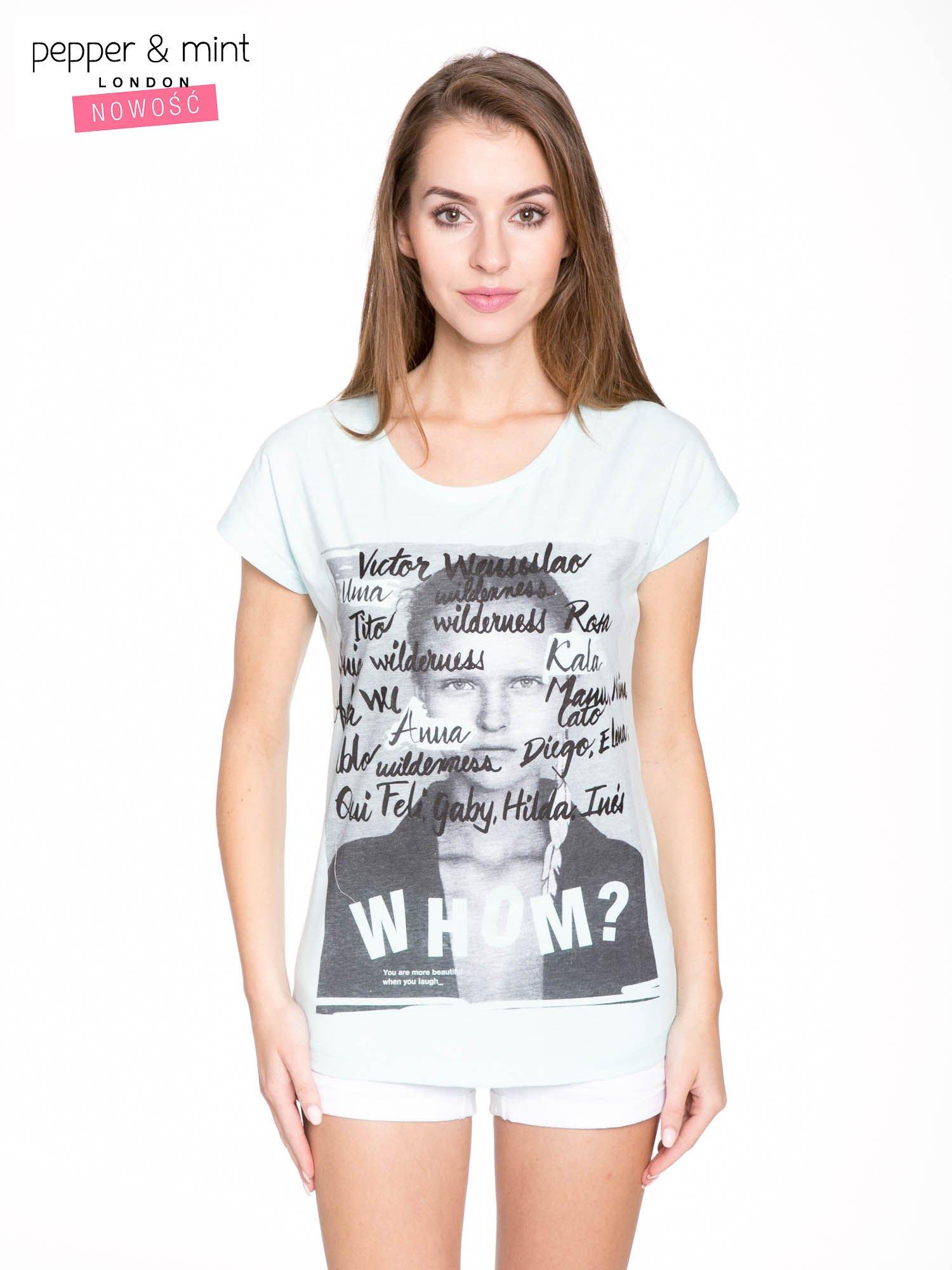 Niebieski t-shirt z nadrukiem twarzy i napisem WHOM?                                  zdj.                                  1