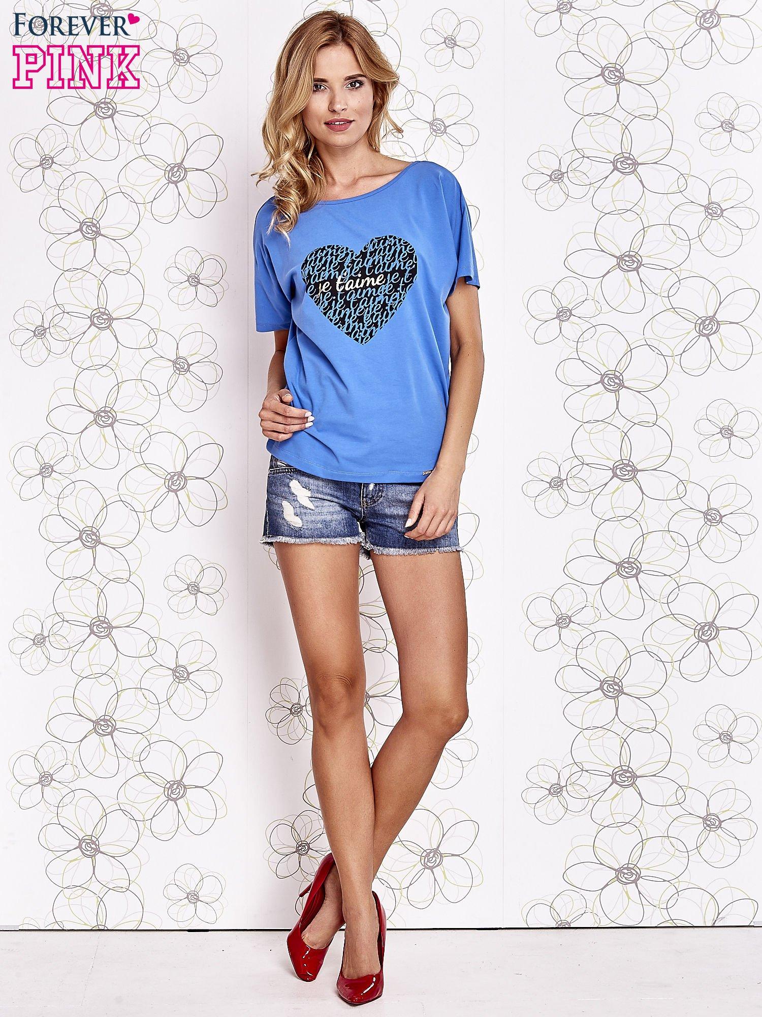 Niebieski t-shirt z napisem JE T'AIME i dekoltem na plecach                                  zdj.                                  2
