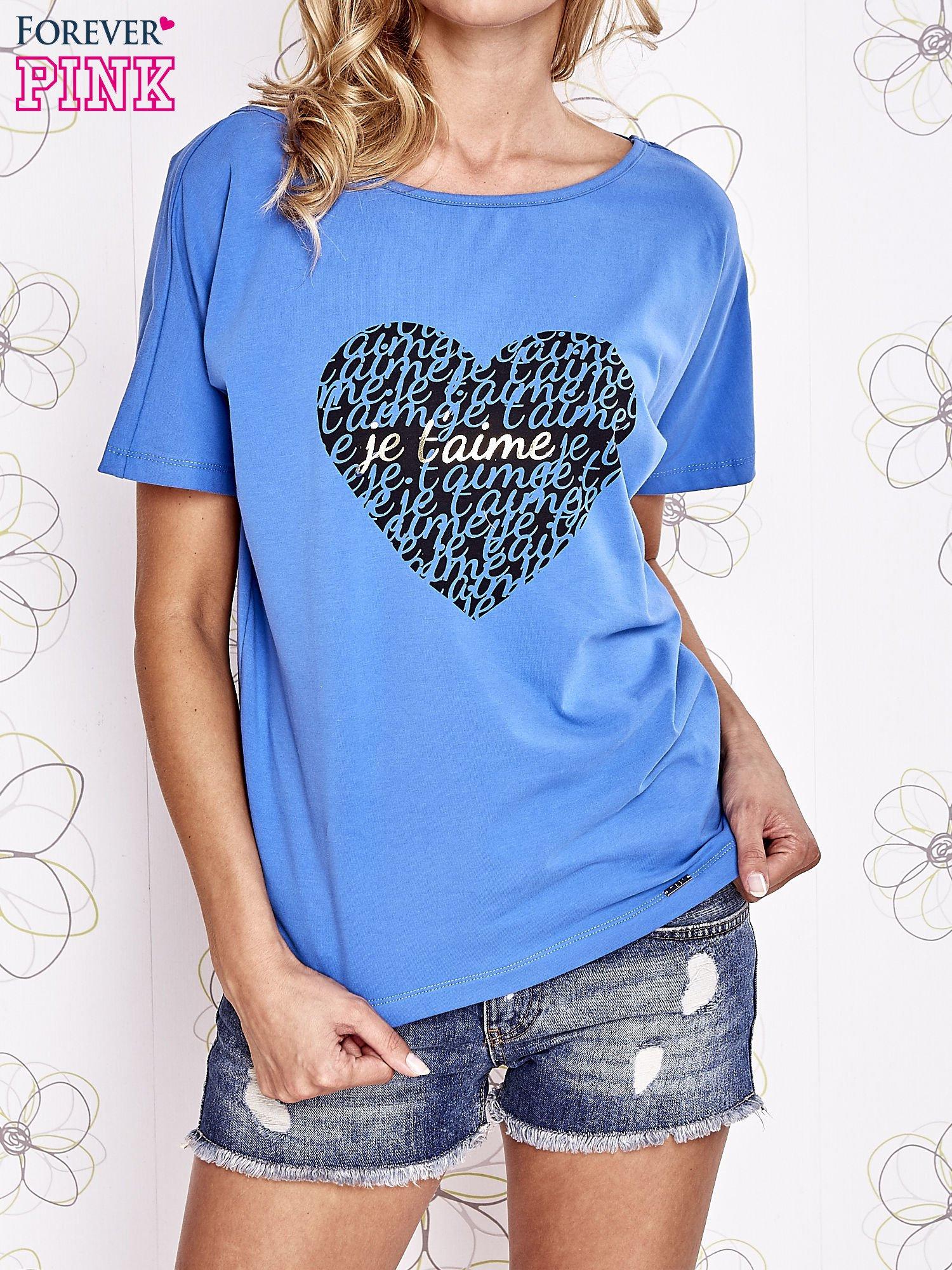 Niebieski t-shirt z napisem JE T'AIME i dekoltem na plecach                                  zdj.                                  1