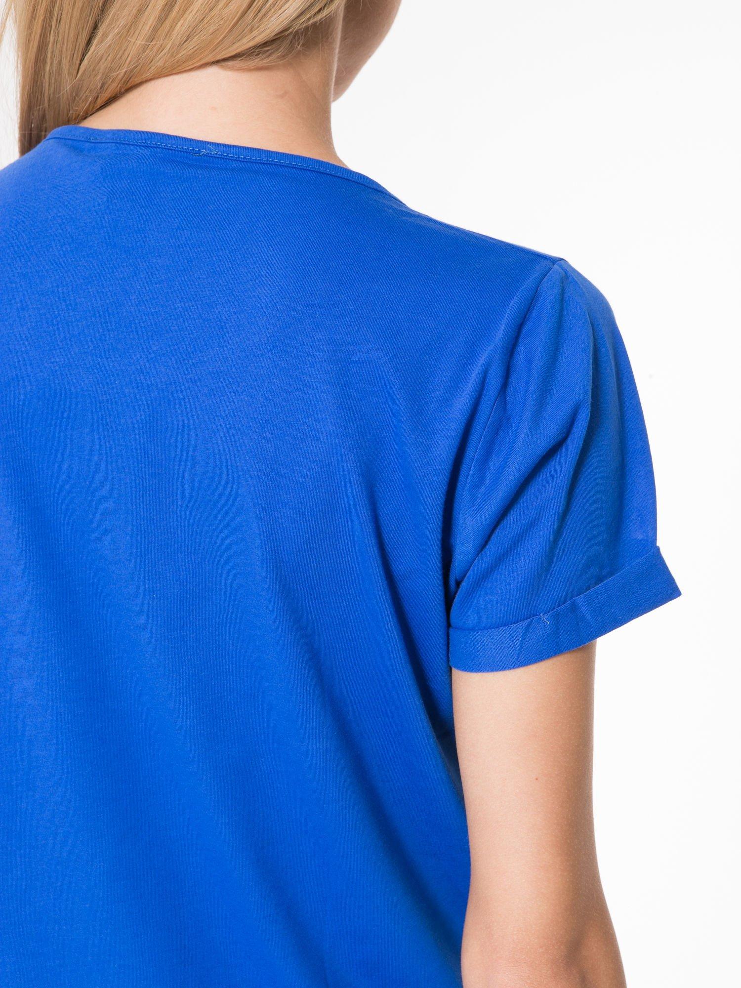 Niebieski t-shirt z napisem WEIRD                                  zdj.                                  8