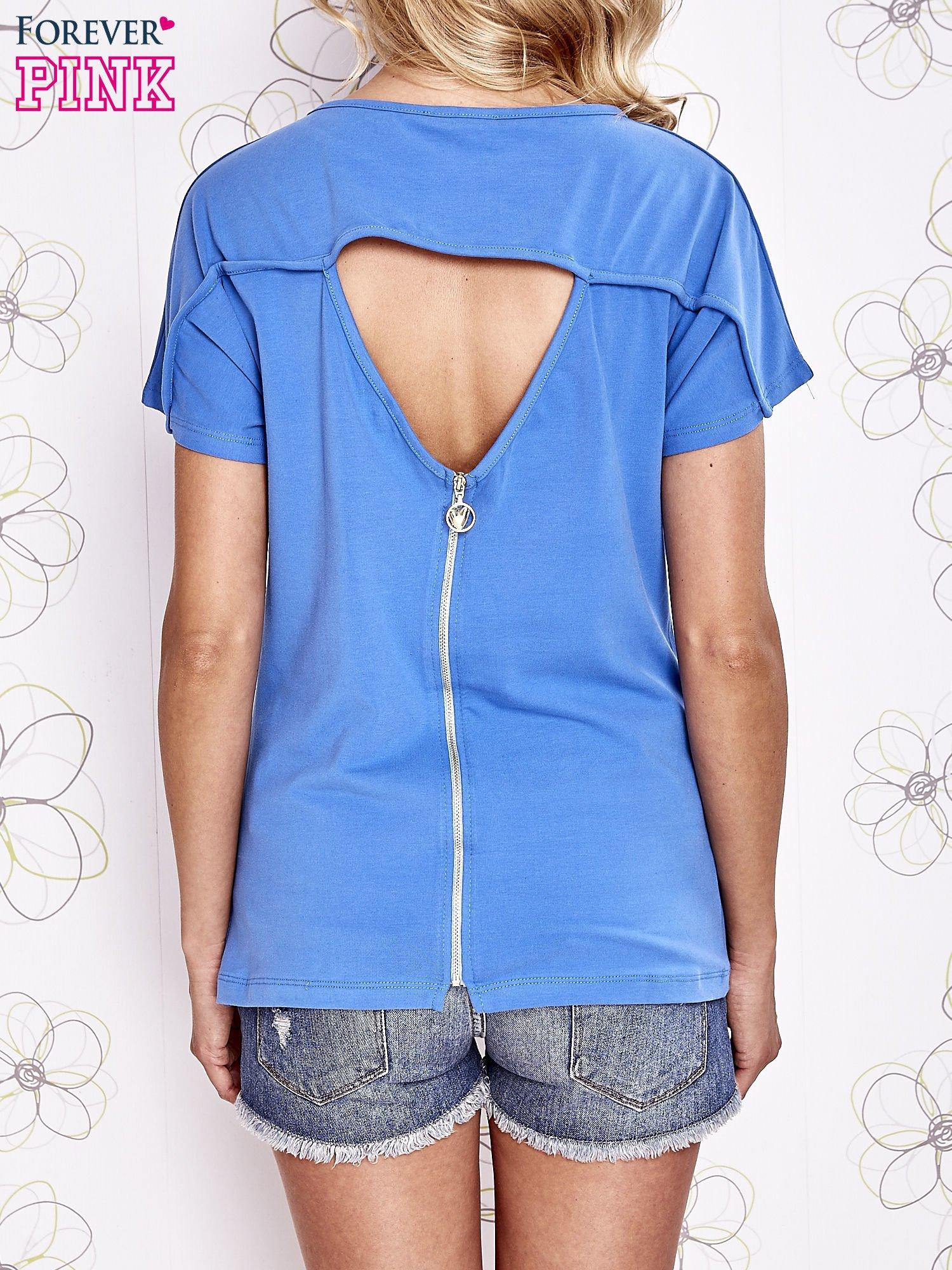 Niebieski t-shirt z napisem i trójkątnym wycięciem na plecach                                  zdj.                                  2