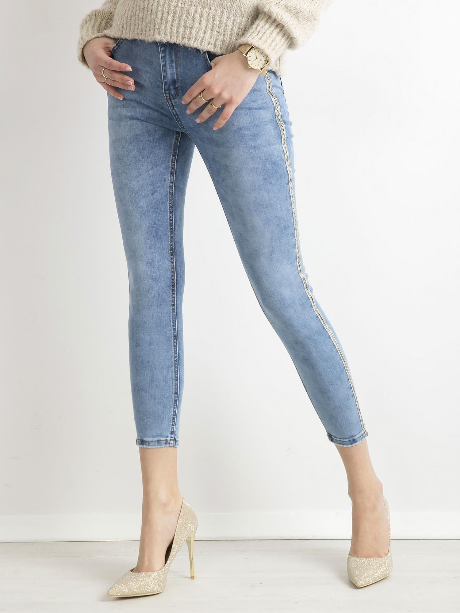 34d65406 Niebieskie jeansy ankle skinny z cekinowym lampasem