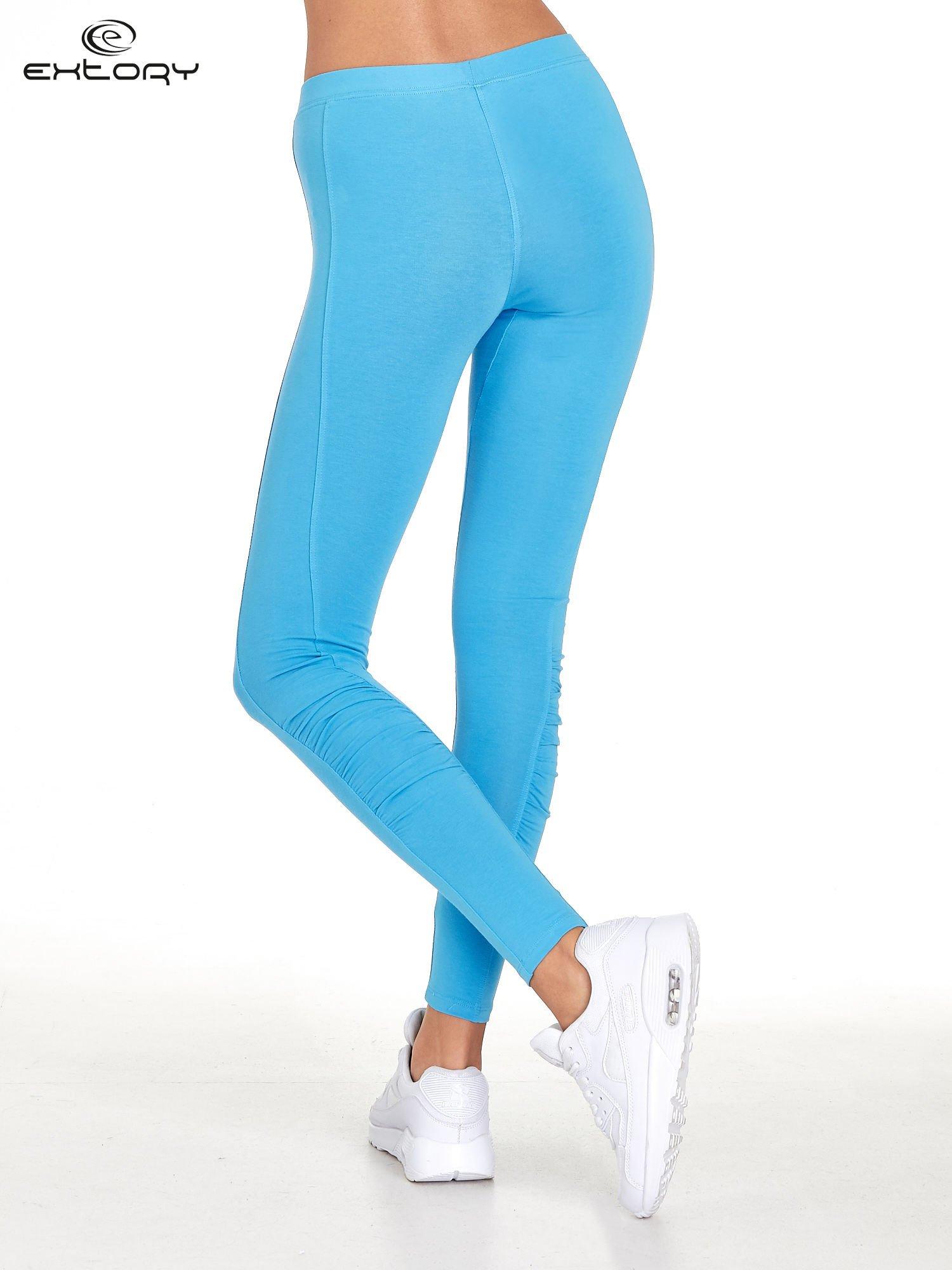 Niebieskie legginsy sportowe termalne z drapowaniem                                  zdj.                                  2
