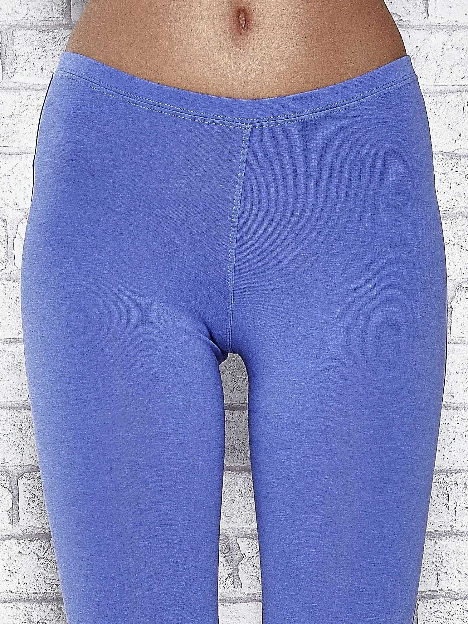 Niebieskie legginsy sportowe z dżetami i marszczoną nogawką za kolano                                  zdj.                                  4