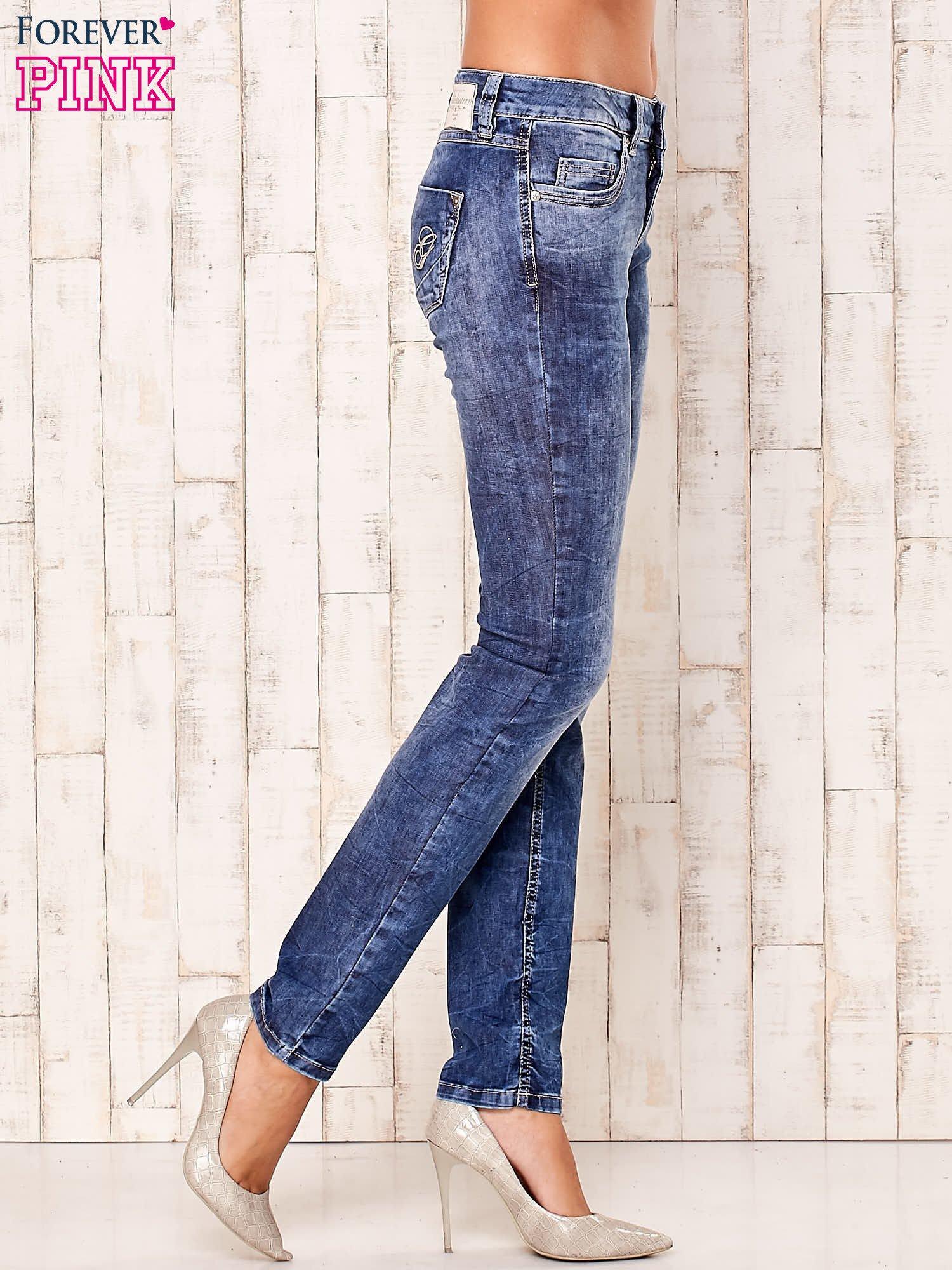 Niebieskie marmurkowe spodnie jeansy                                   zdj.                                  2