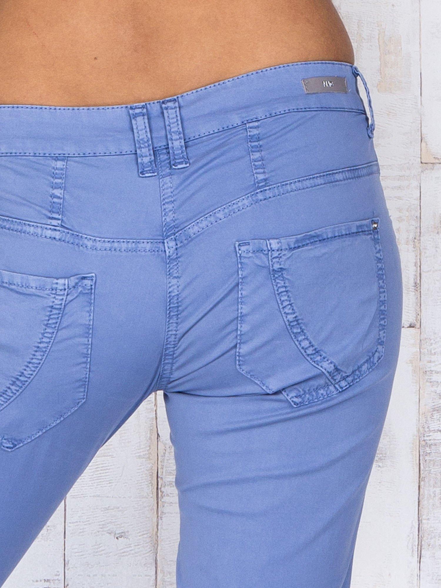 Niebieskie materiałowe spodnie regular na guziki                                  zdj.                                  5