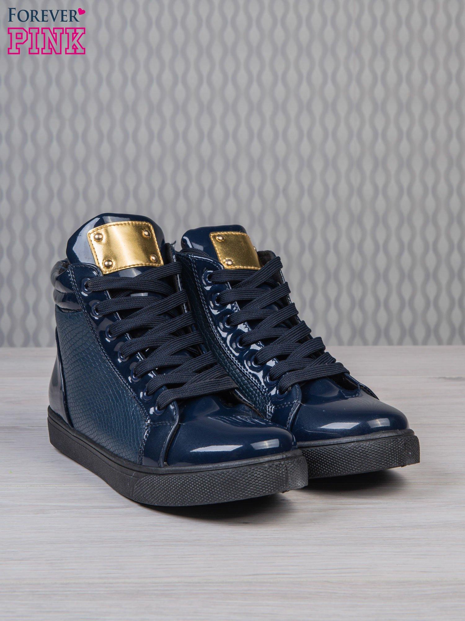 Niebieskie sneakersy z suwakiem i motywem skóry krokodyla                                  zdj.                                  3