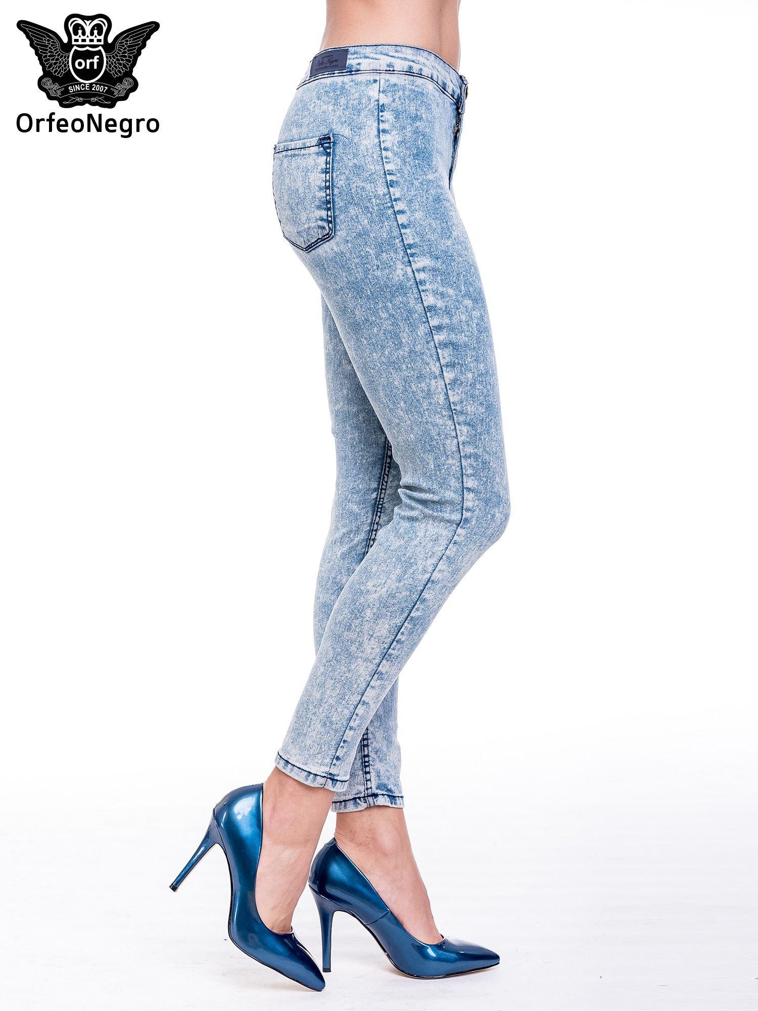 Niebieskie spodnie jeansowe marmurki z wysokim stanem                                  zdj.                                  3