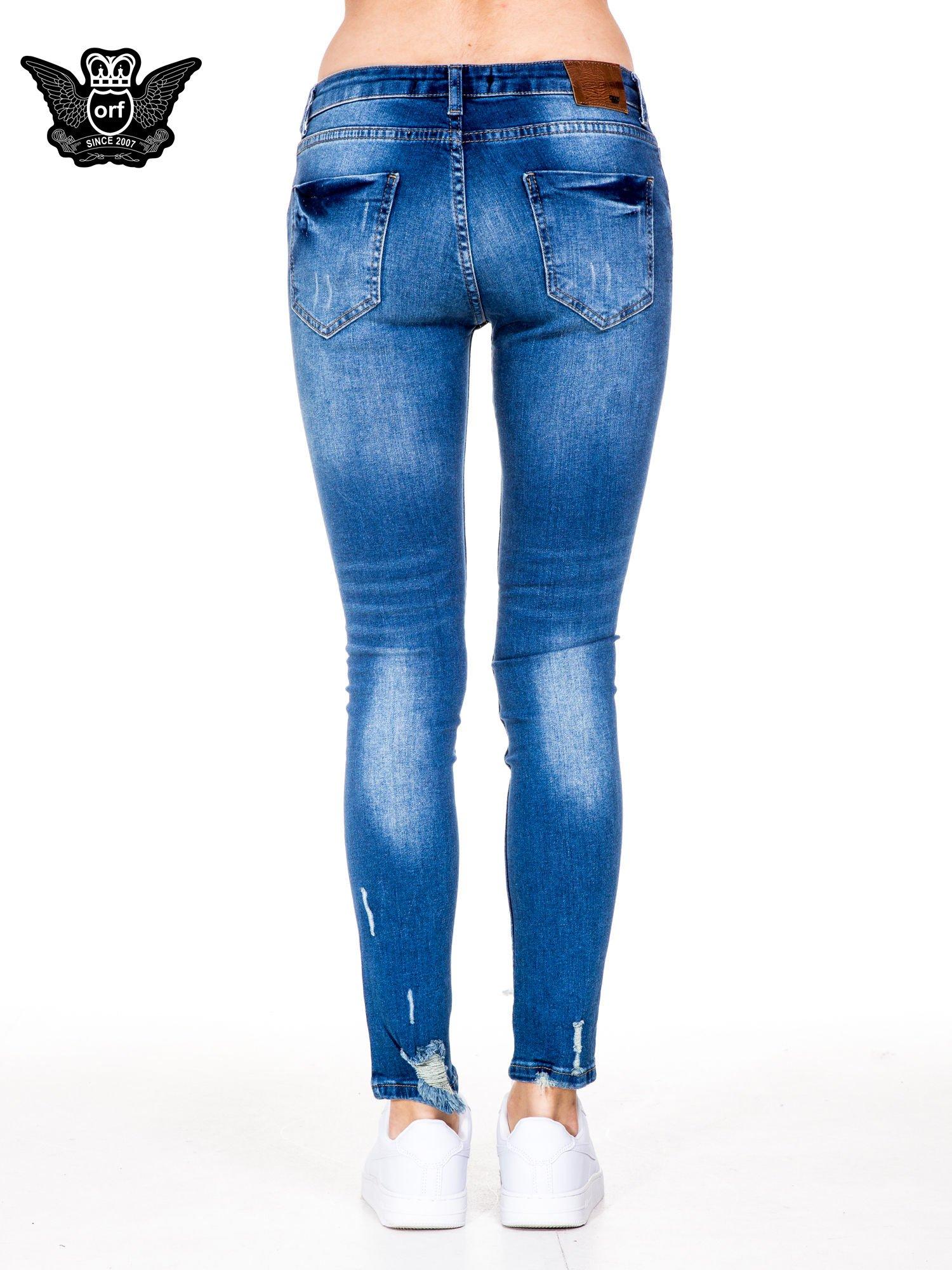 Niebieskie spodnie jeansowe rurki z dziurami i wytarciami                                  zdj.                                  5