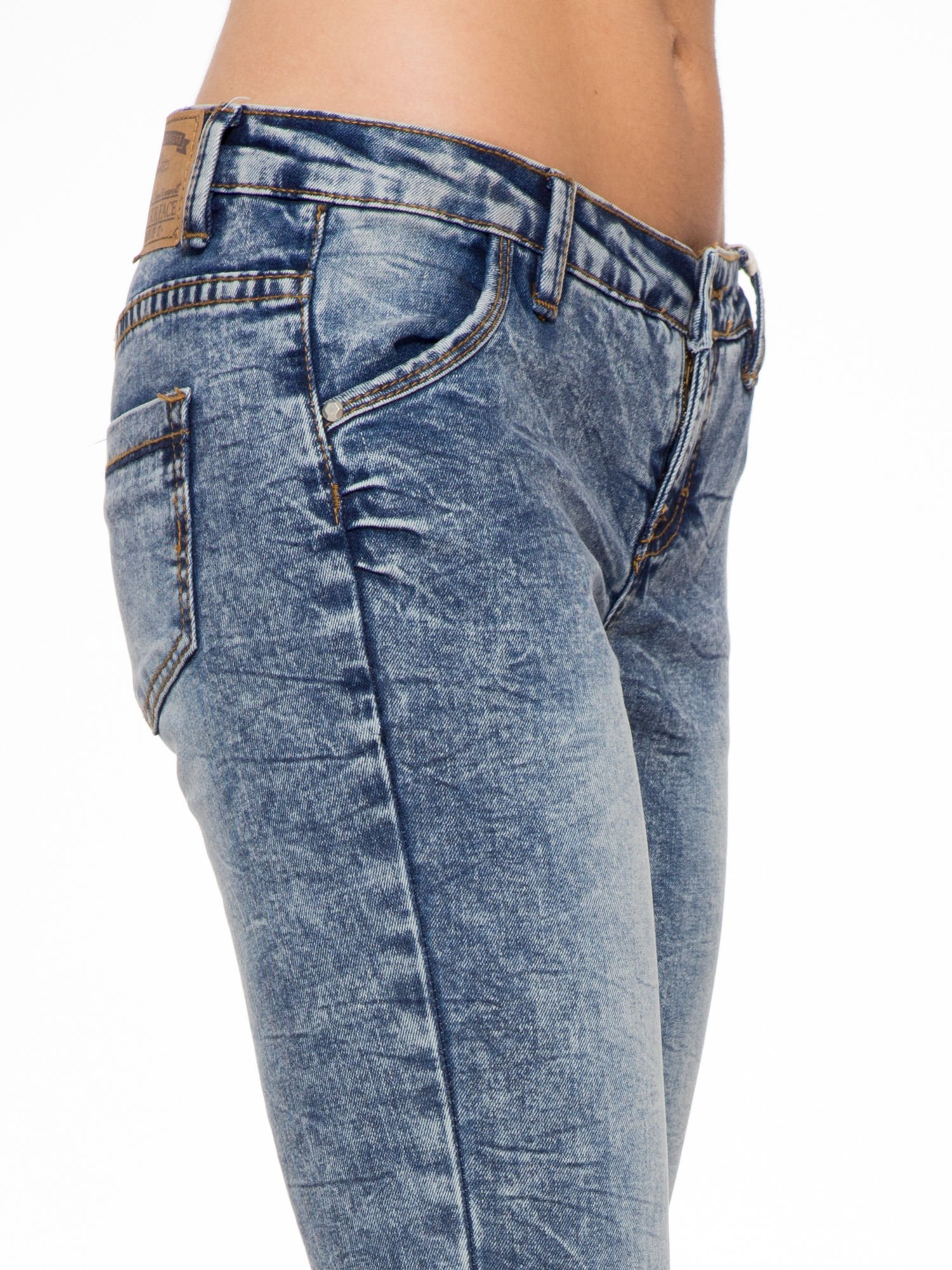 Niebieskie spodnie jeansowe z efektem sprania i gniecienia                                  zdj.                                  5