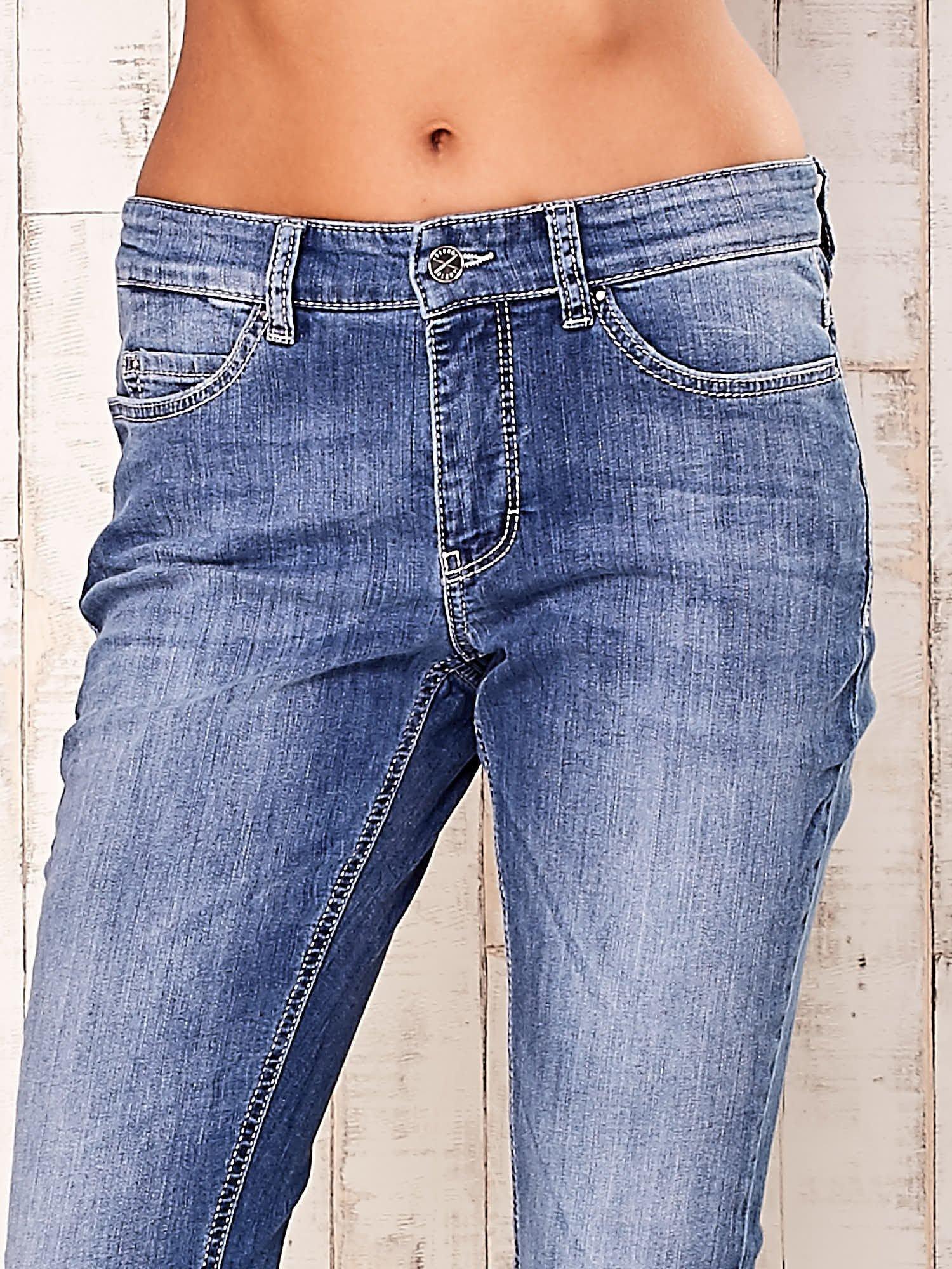 Niebieskie spodnie jeansy ze srebrnymi napami                                  zdj.                                  4