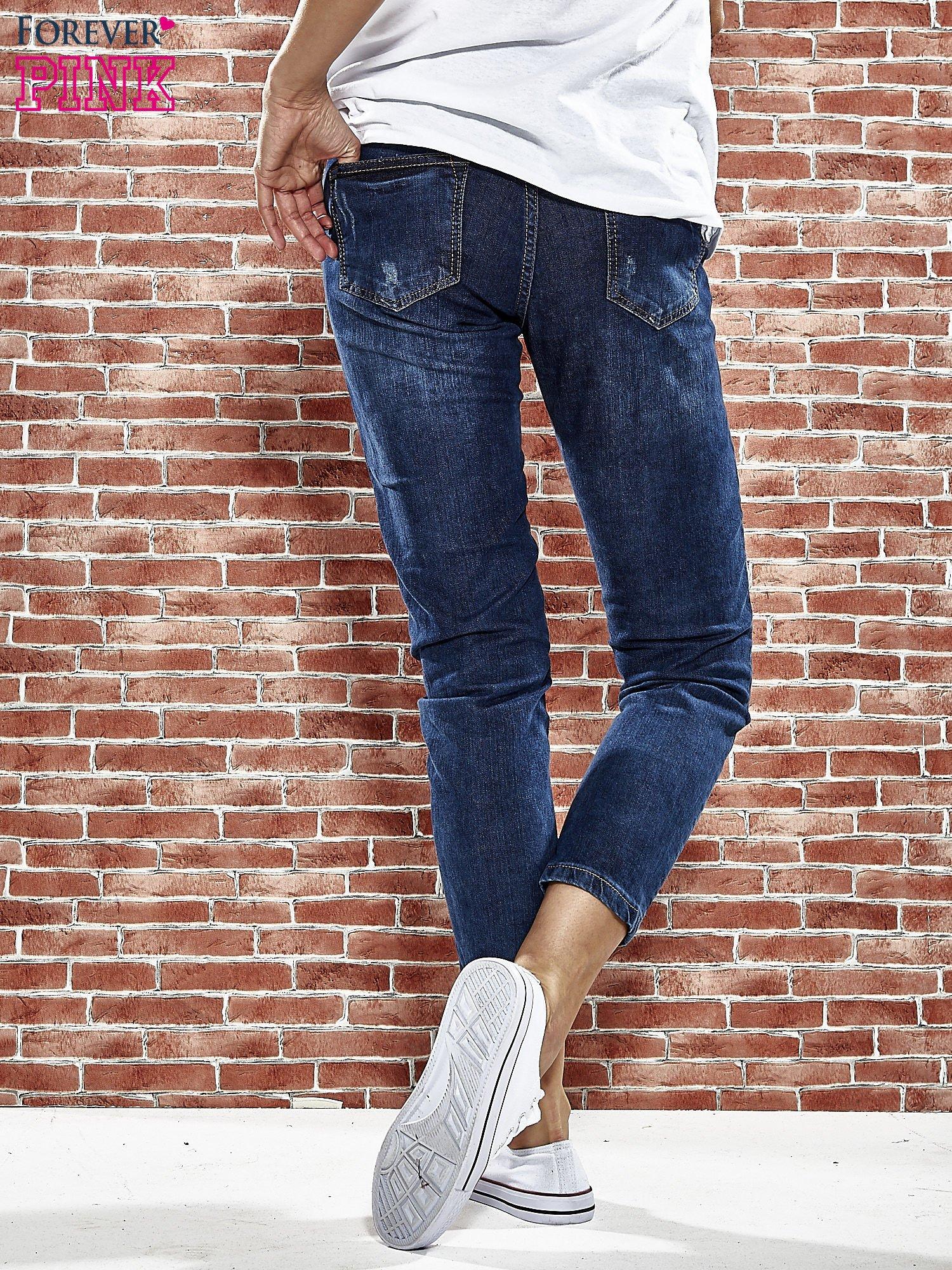 Niebieskie spodnie regular jeans z plecionym paskiem                                  zdj.                                  2