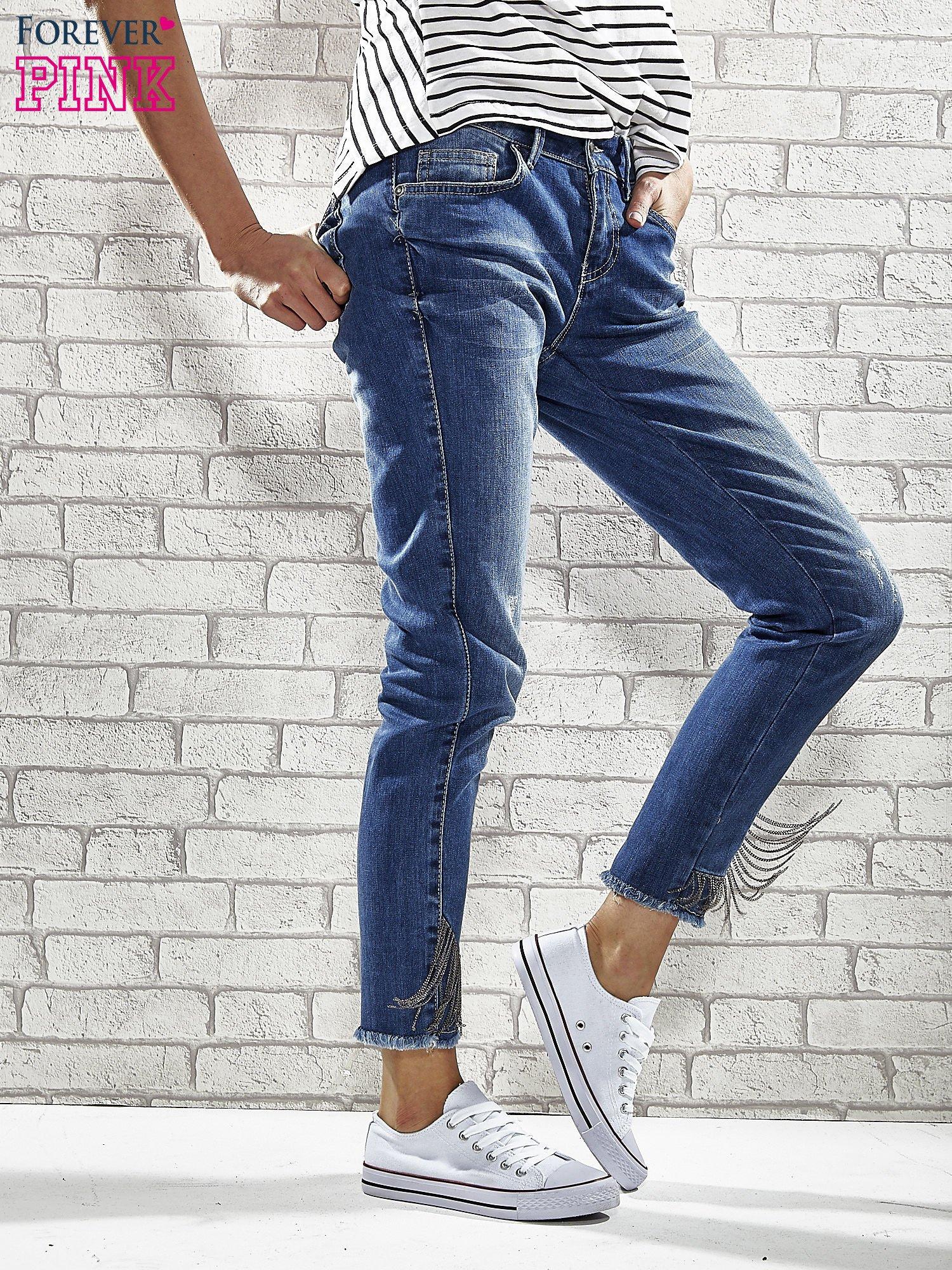 Niebieskie spodnie skinny jeans z postrzępioną nogawką na dole                                  zdj.                                  1