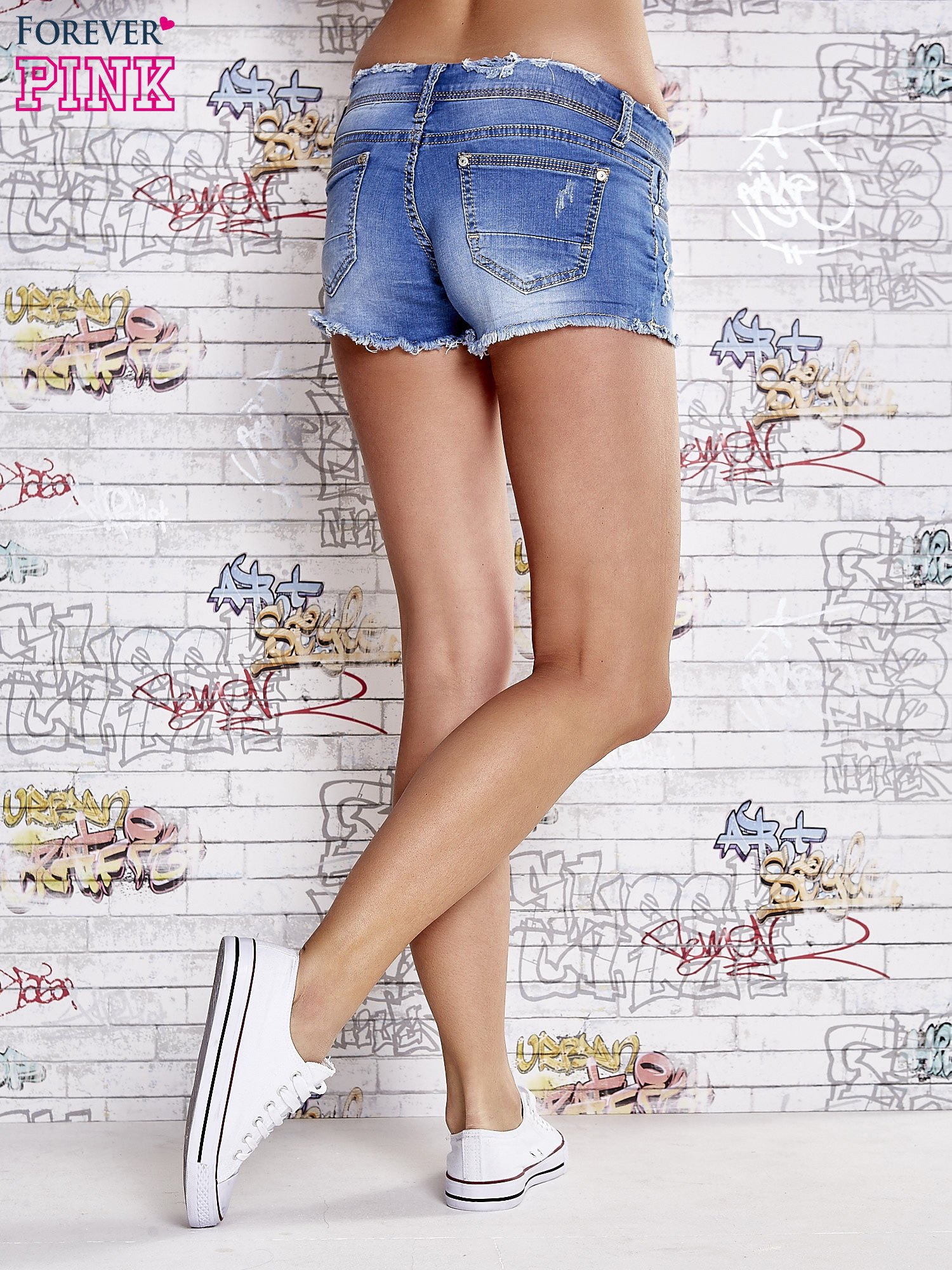 Niebieskie szorty jeansowe z postrzępionymi brzegami                                  zdj.                                  2