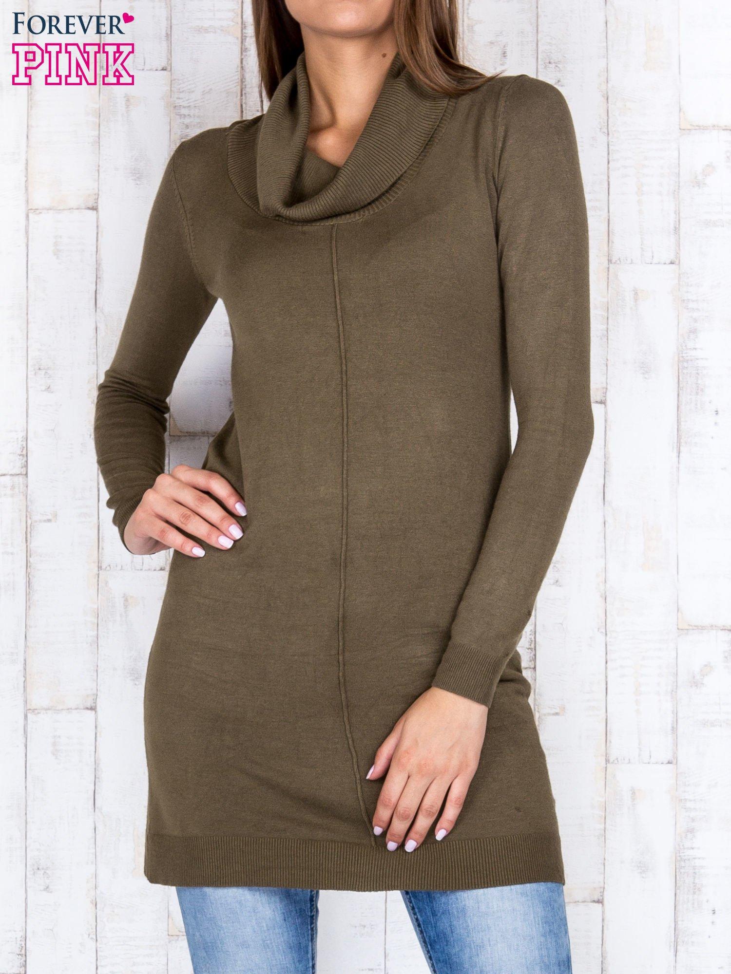 Oliwkowy długi sweter z golfem i dekoltem w prążki                                  zdj.                                  1