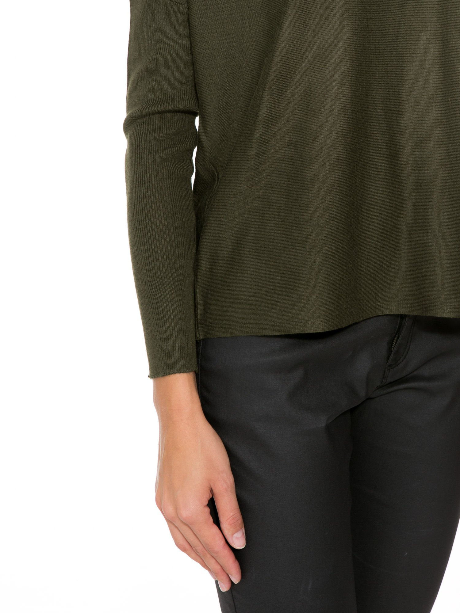 Oliwkowy sweter o nietoperzowym kroju z cekinową aplikacją na rękawach                                  zdj.                                  6