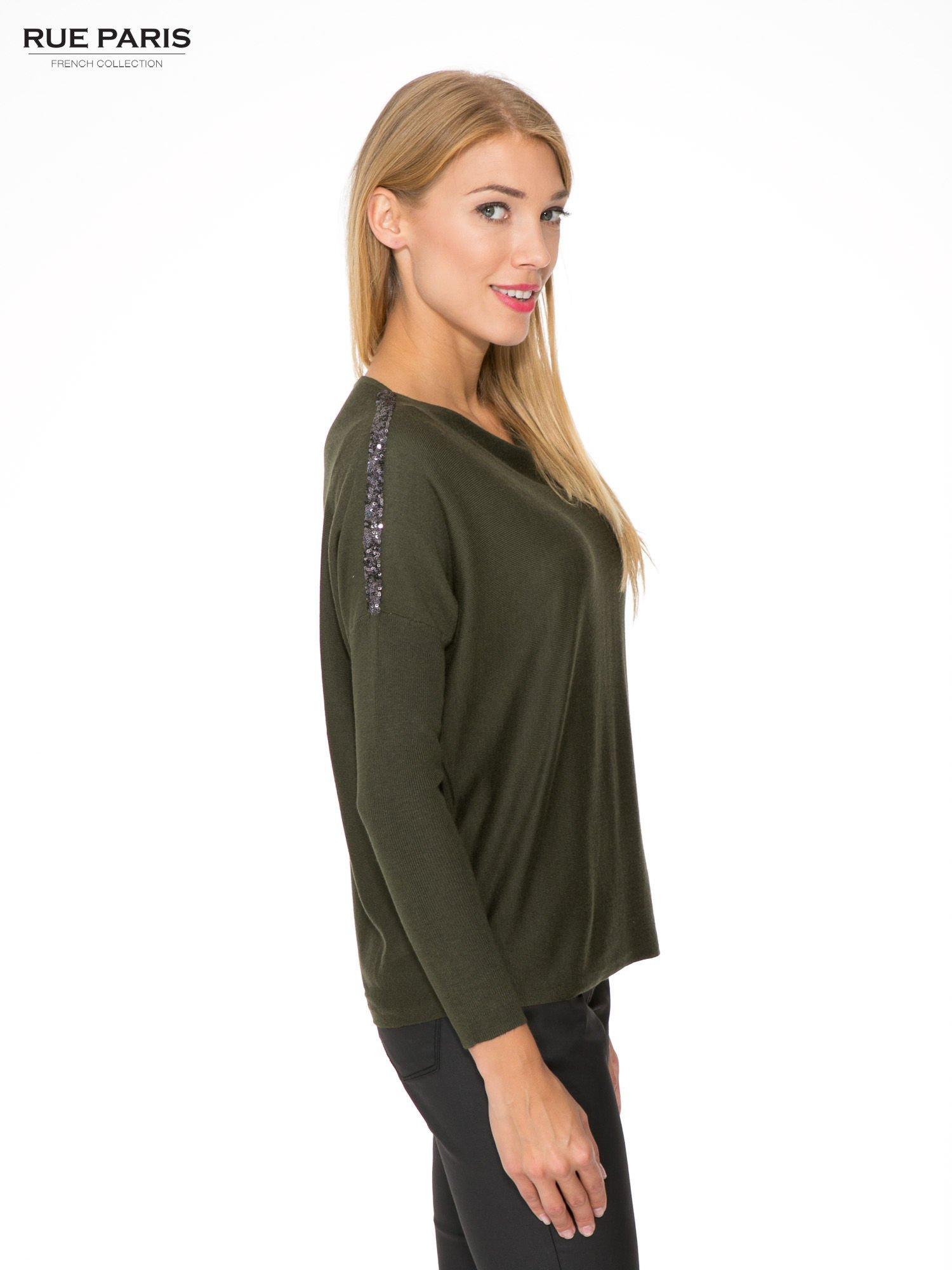 Oliwkowy sweter o nietoperzowym kroju z cekinową aplikacją na rękawach                                  zdj.                                  3