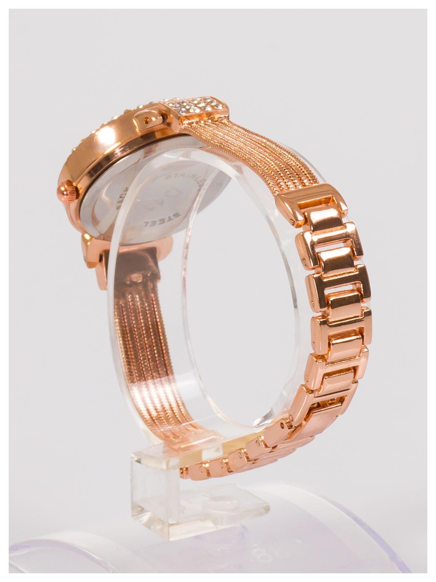 Ozdobny damski zegarek z cyrkoniami, w kolorze różowego złota, na stalowej bransolecie z łańcuszkami                                  zdj.                                  3