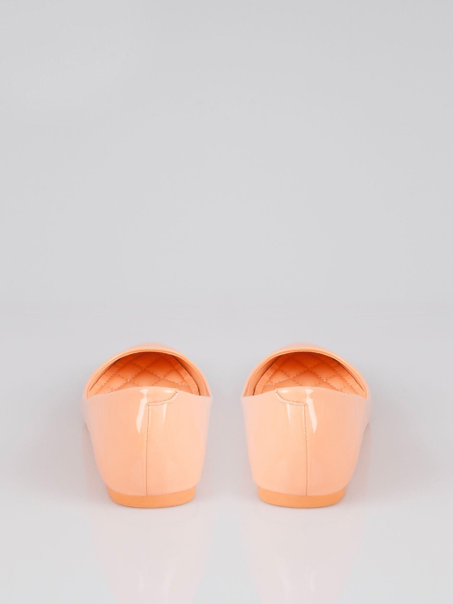 Pastelowopomarańczowe lakierowane balerinki pumps Miami                                  zdj.                                  2