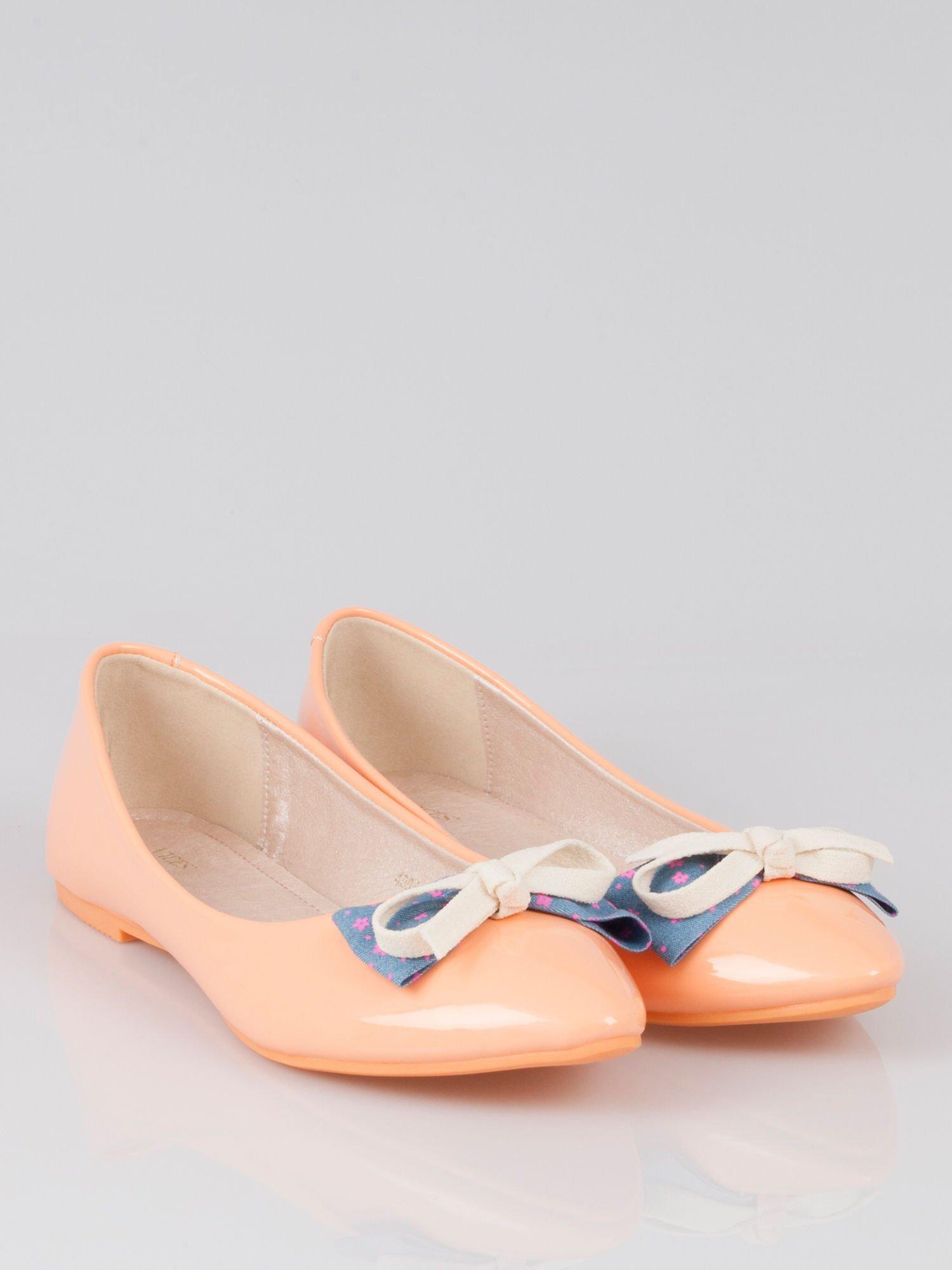 Pastelowopomarańczowe lakierowane baleriny Juicy z kokardką z denimu                                  zdj.                                  1