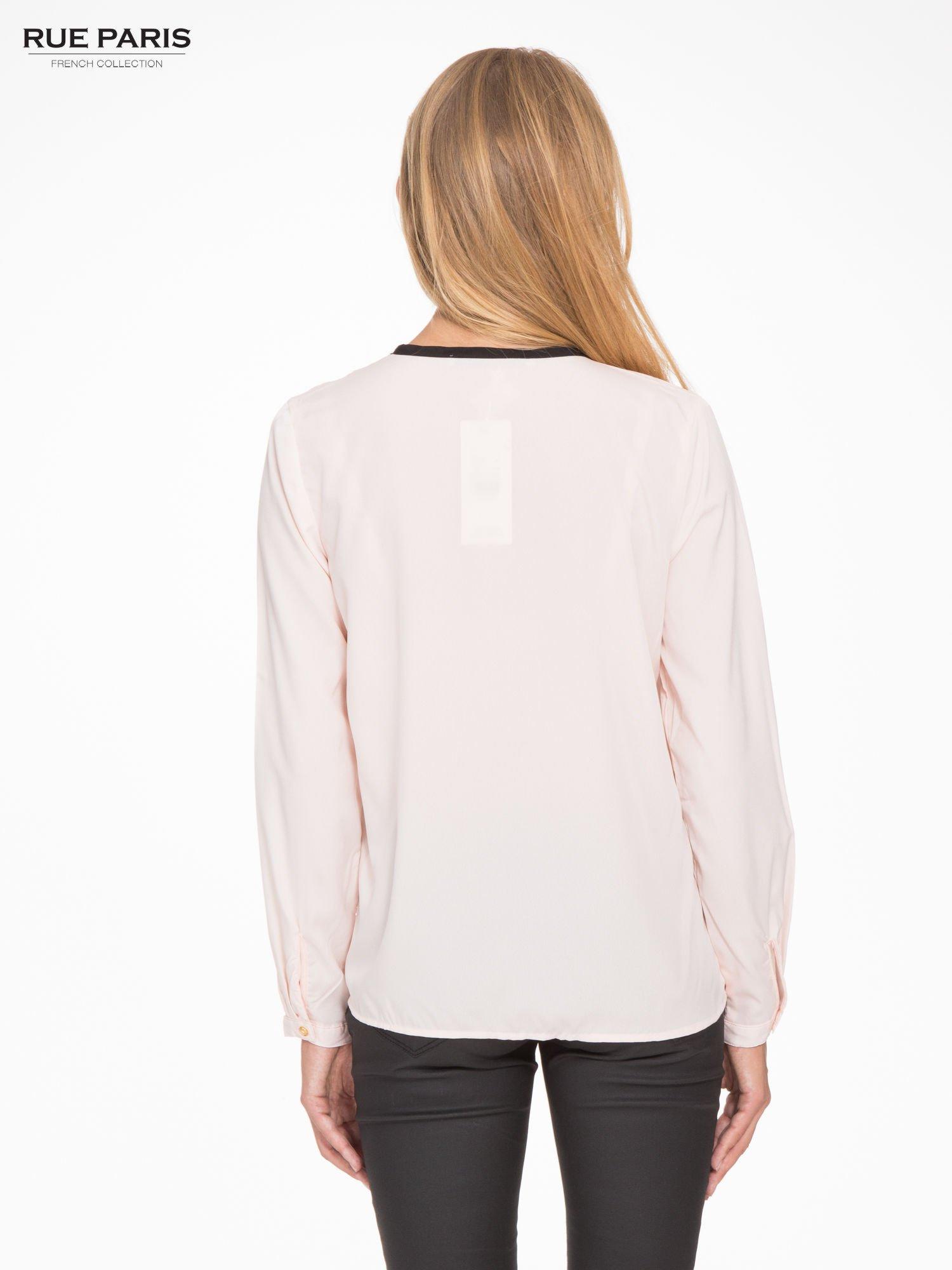 Pasteloworóżowa koszula z kontrastową listwą                                  zdj.                                  4