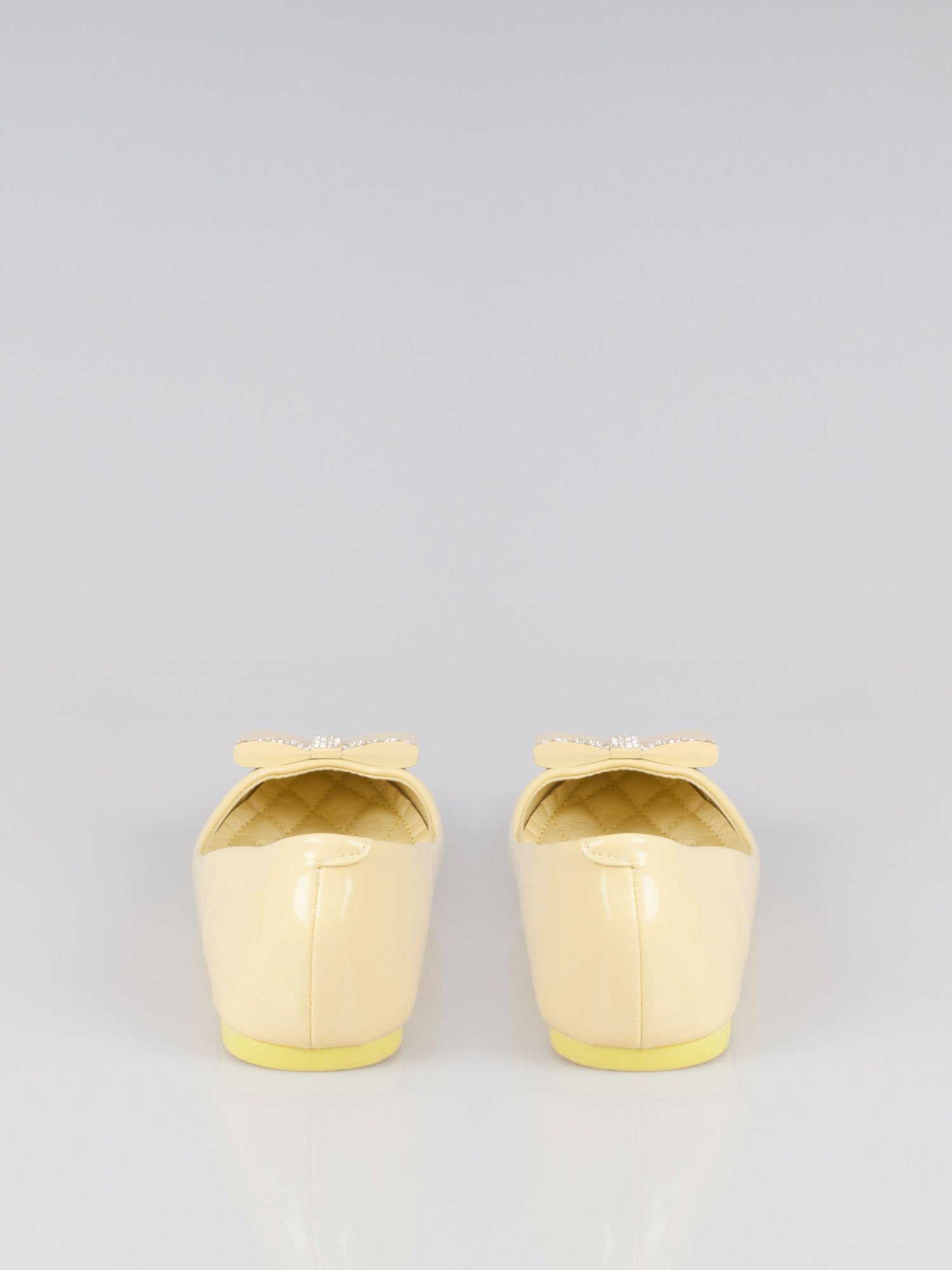 Pastelowożółte lakierowane baleriny Gem z błyszczącą kokardą                                  zdj.                                  4