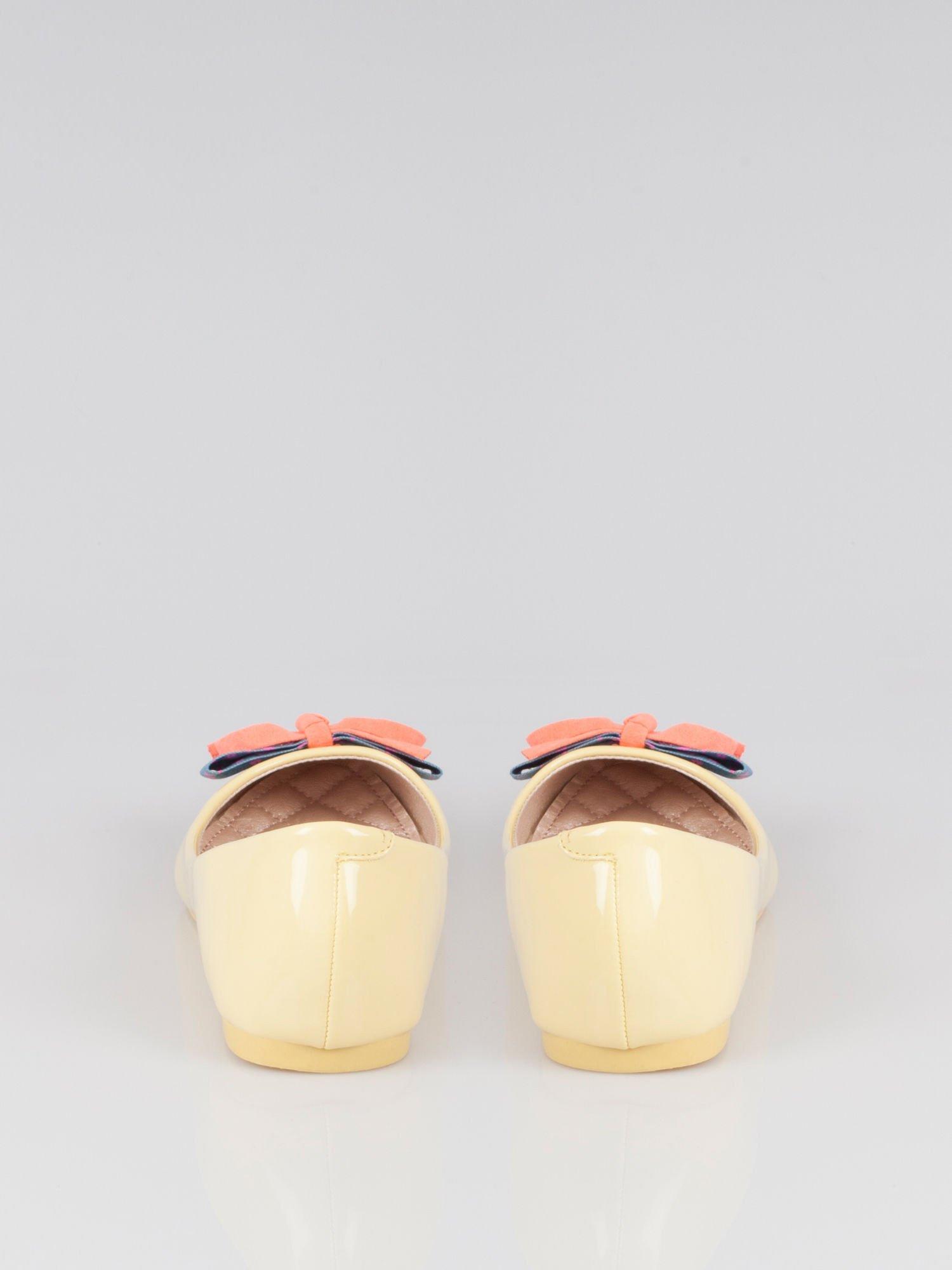 Pastelowożółte lakierowane baleriny Juicy z kokardką z denimu                                  zdj.                                  3
