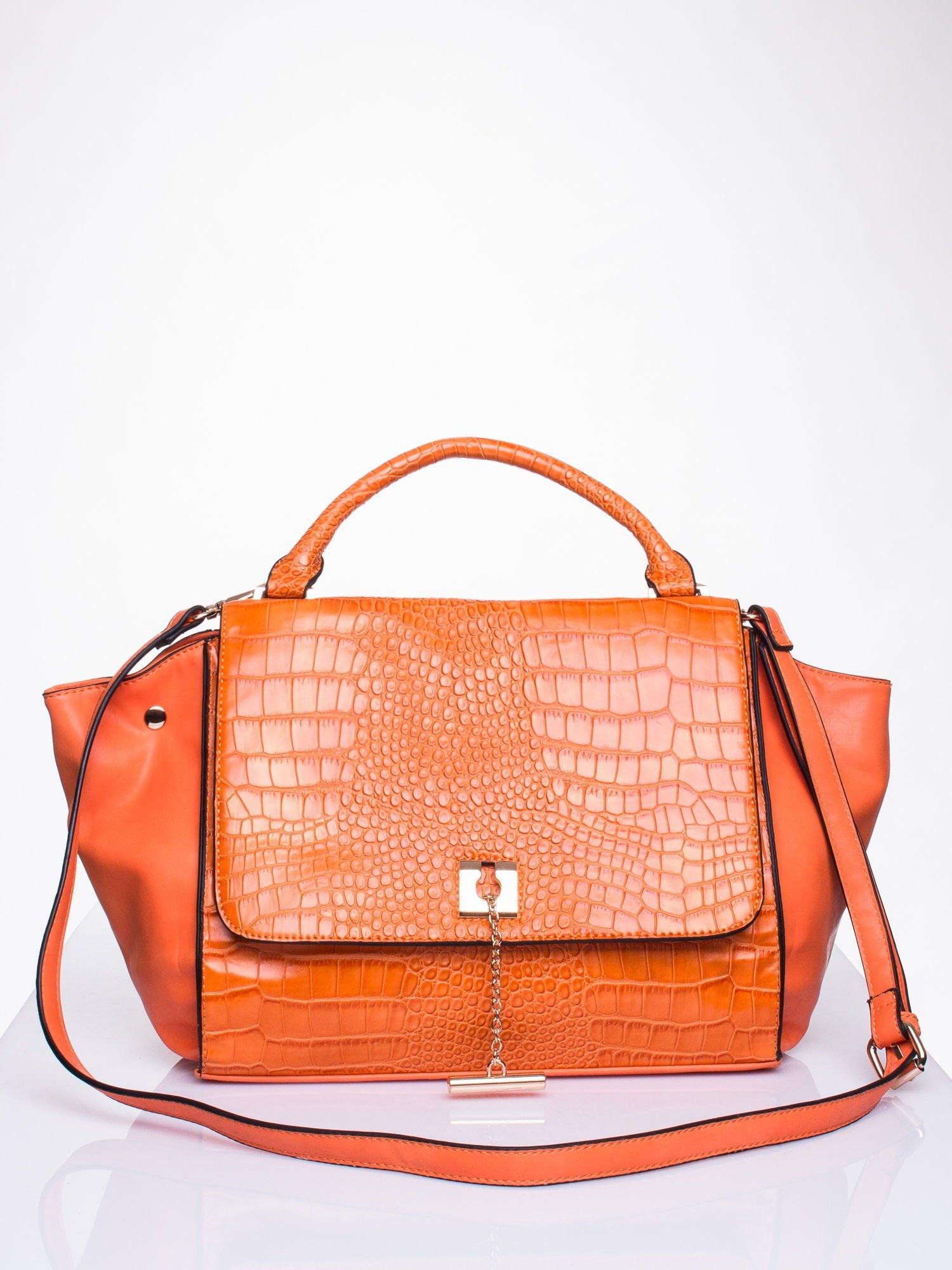Pomarańczowa torba z motywem skóry aligatora i złotym łańcuszkiem                                  zdj.                                  1