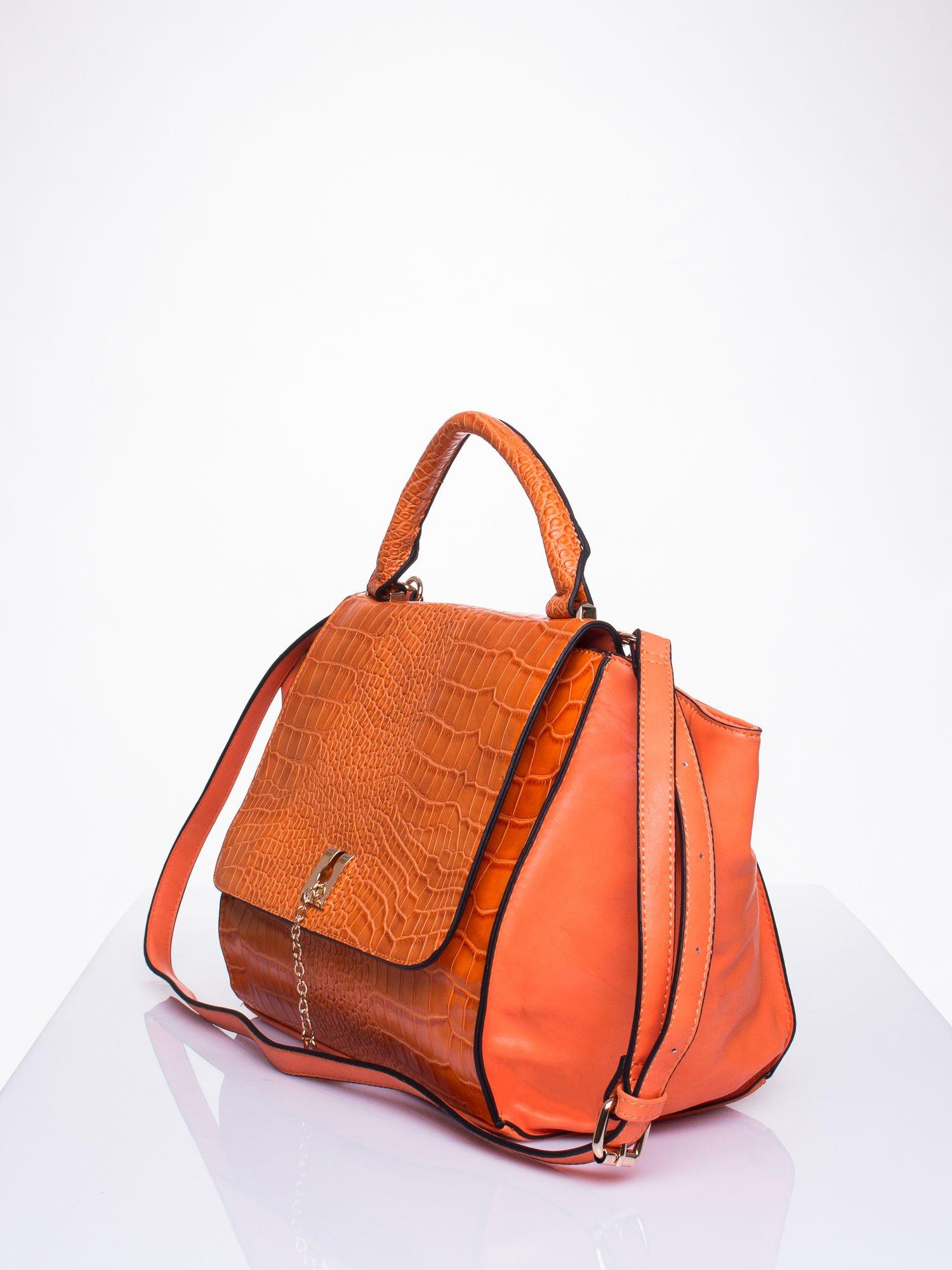 Pomarańczowa torba z motywem skóry aligatora i złotym łańcuszkiem                                  zdj.                                  3