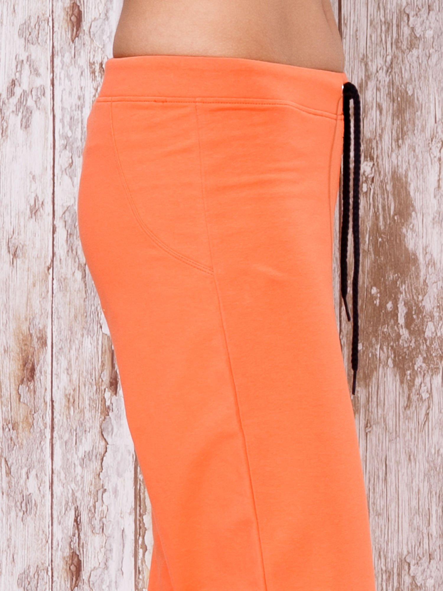 Pomarańczowe spodnie sportowe capri                                  zdj.                                  5