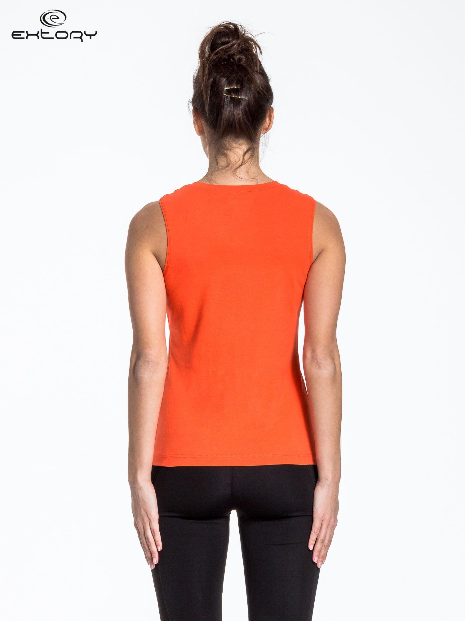 Pomarańczowy t-shirt z poziomym nadrukiem na dekolcie                                  zdj.                                  3