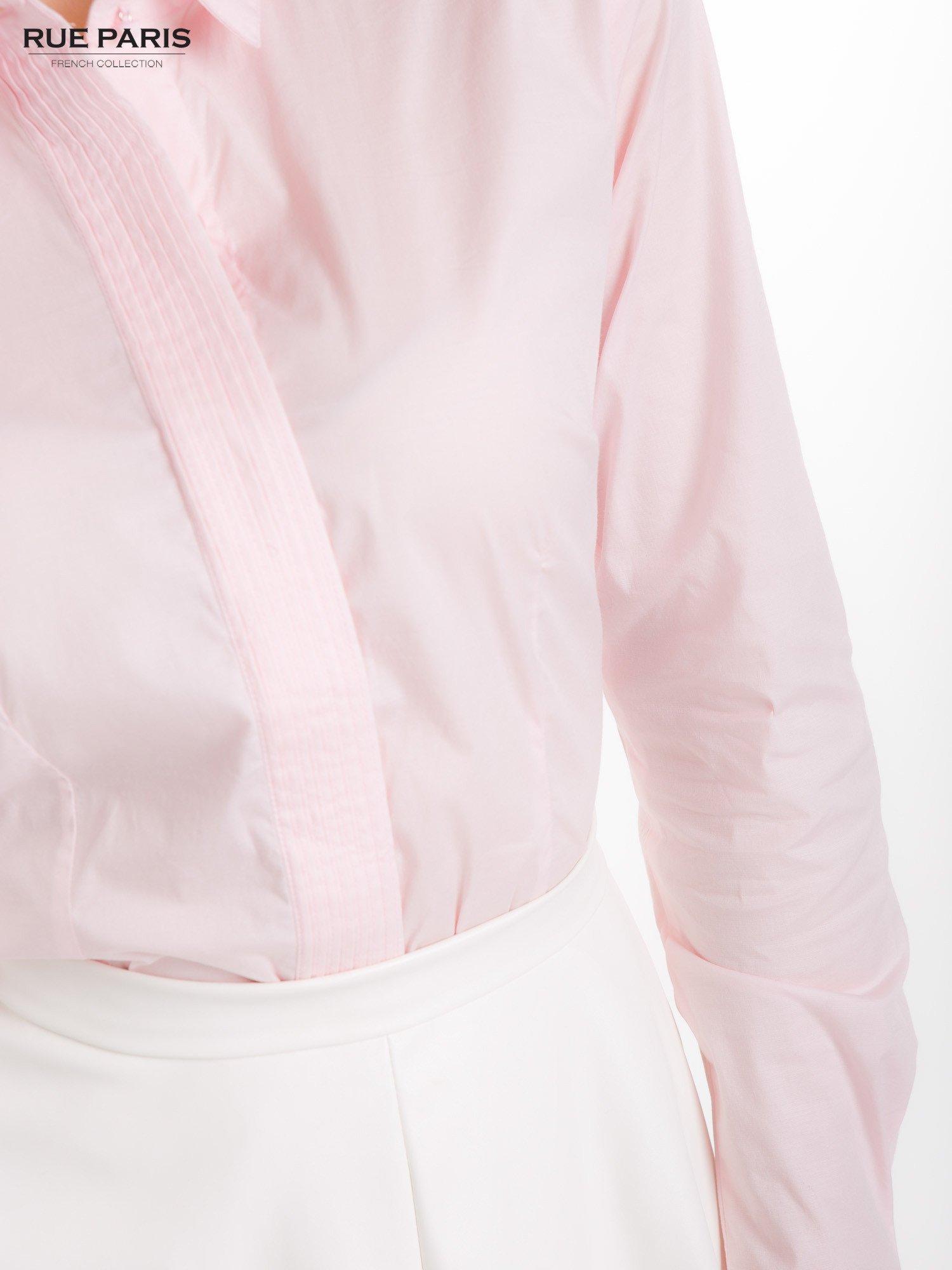 Pudroworóżowa koszula z krytą listwą i guzikami perełkami                                  zdj.                                  9