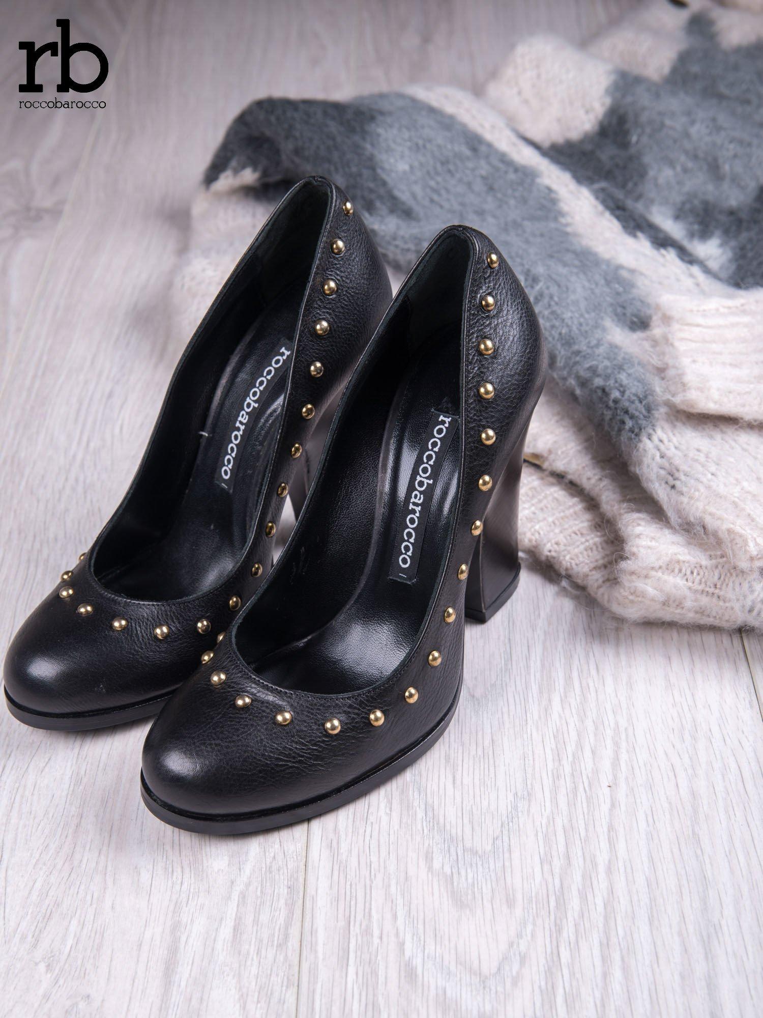 ROCCOBAROCCO Czarne skórzane czółenka grain leather na szerokim obcasie z ćwiekami                                  zdj.                                  2