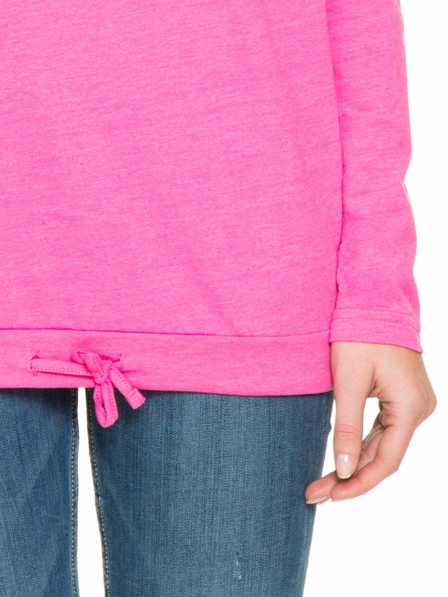 Różowa bluzka dresowa z kołnierzokapturem i ściągaczem na dole                                  zdj.                                  6