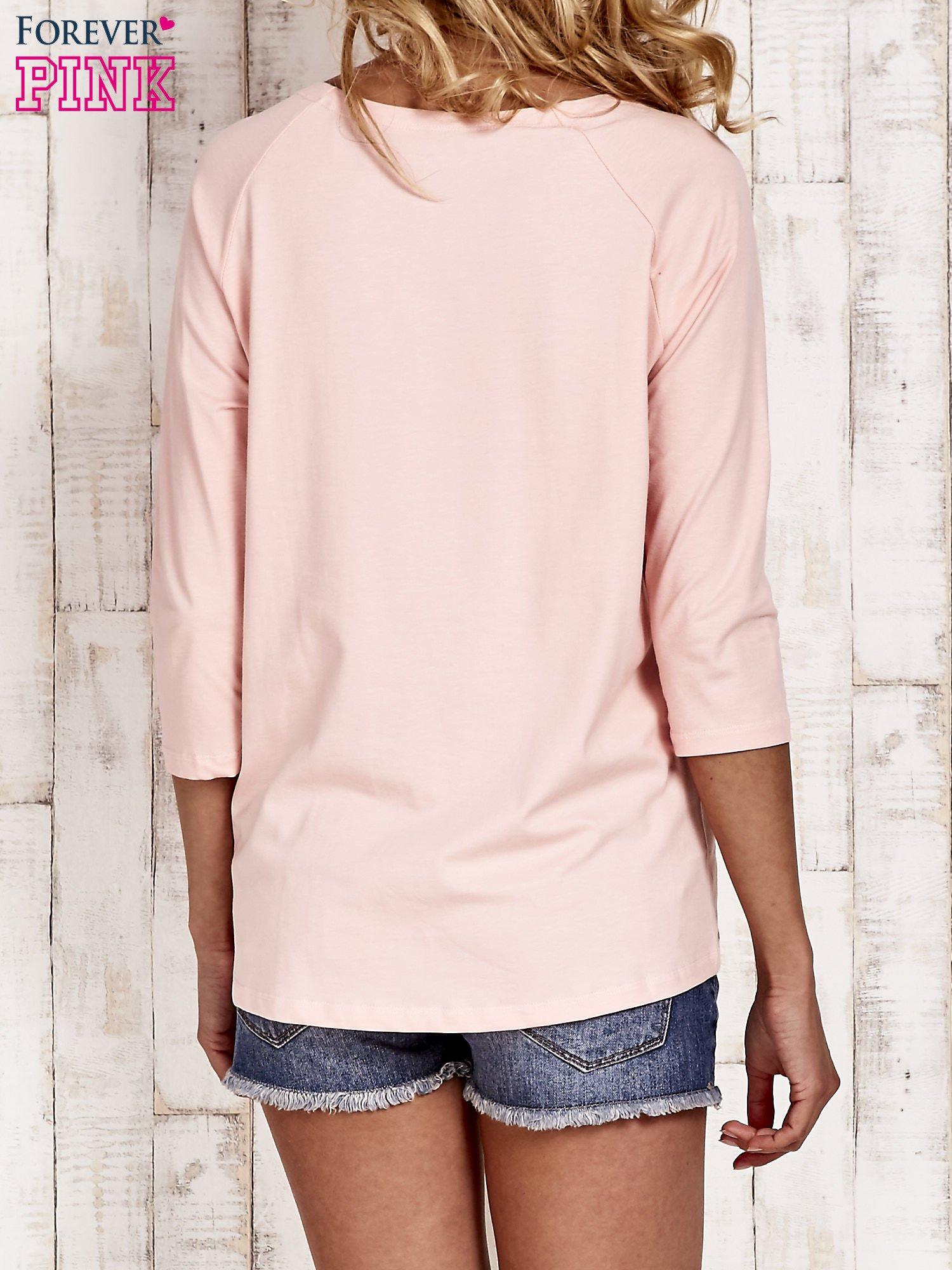Różowa bluzka z aplikacją owadów                                  zdj.                                  4