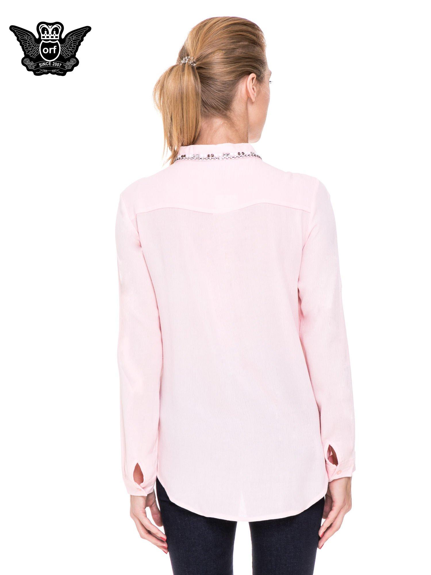Różowa koszula z biżuteryjnym kołnierzykiem i kieszonkami                                  zdj.                                  4