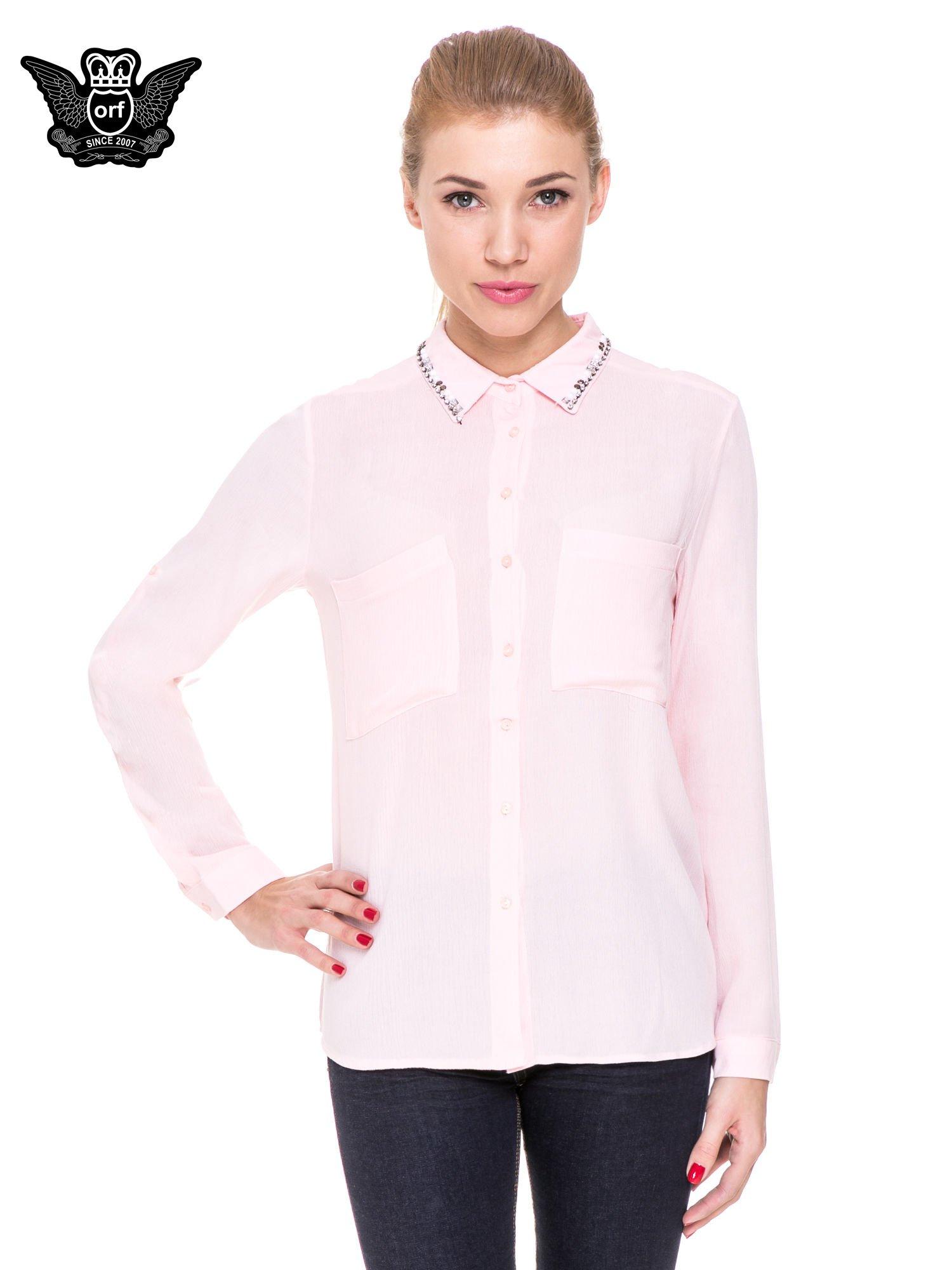 Różowa koszula z biżuteryjnym kołnierzykiem i kieszonkami                                  zdj.                                  1