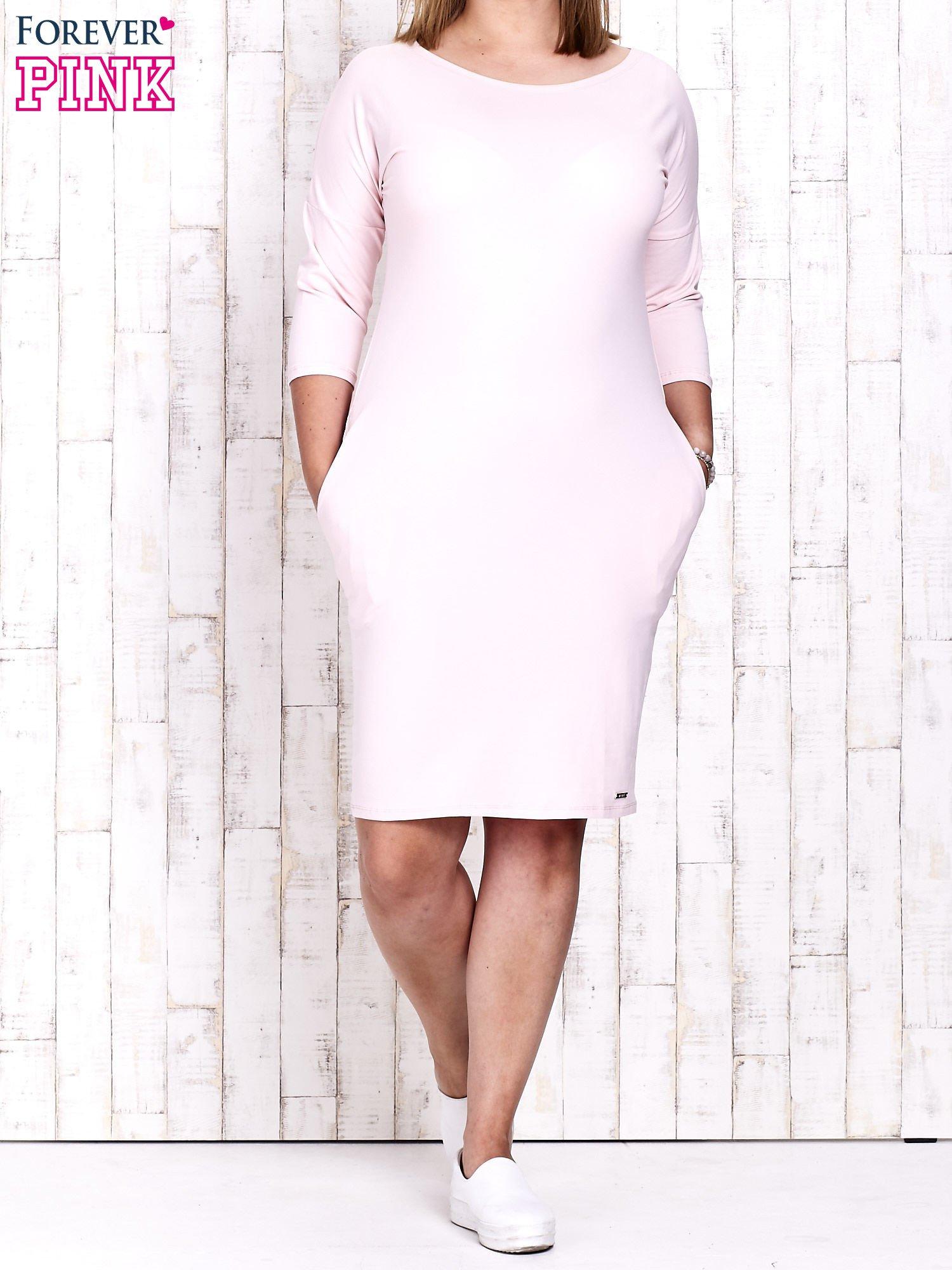 Różowa prosta sukienka dresowa PLUS SIZE                                  zdj.                                  2