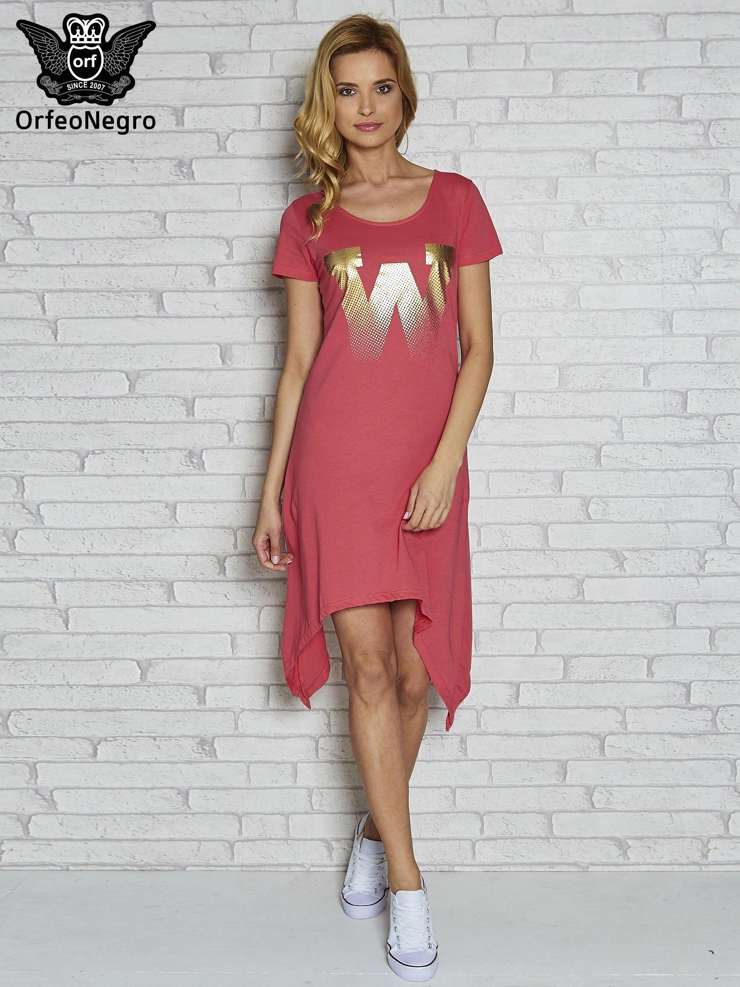 Różowa sukienka z asymetrycznymi bokami i złotą literą W                                  zdj.                                  2